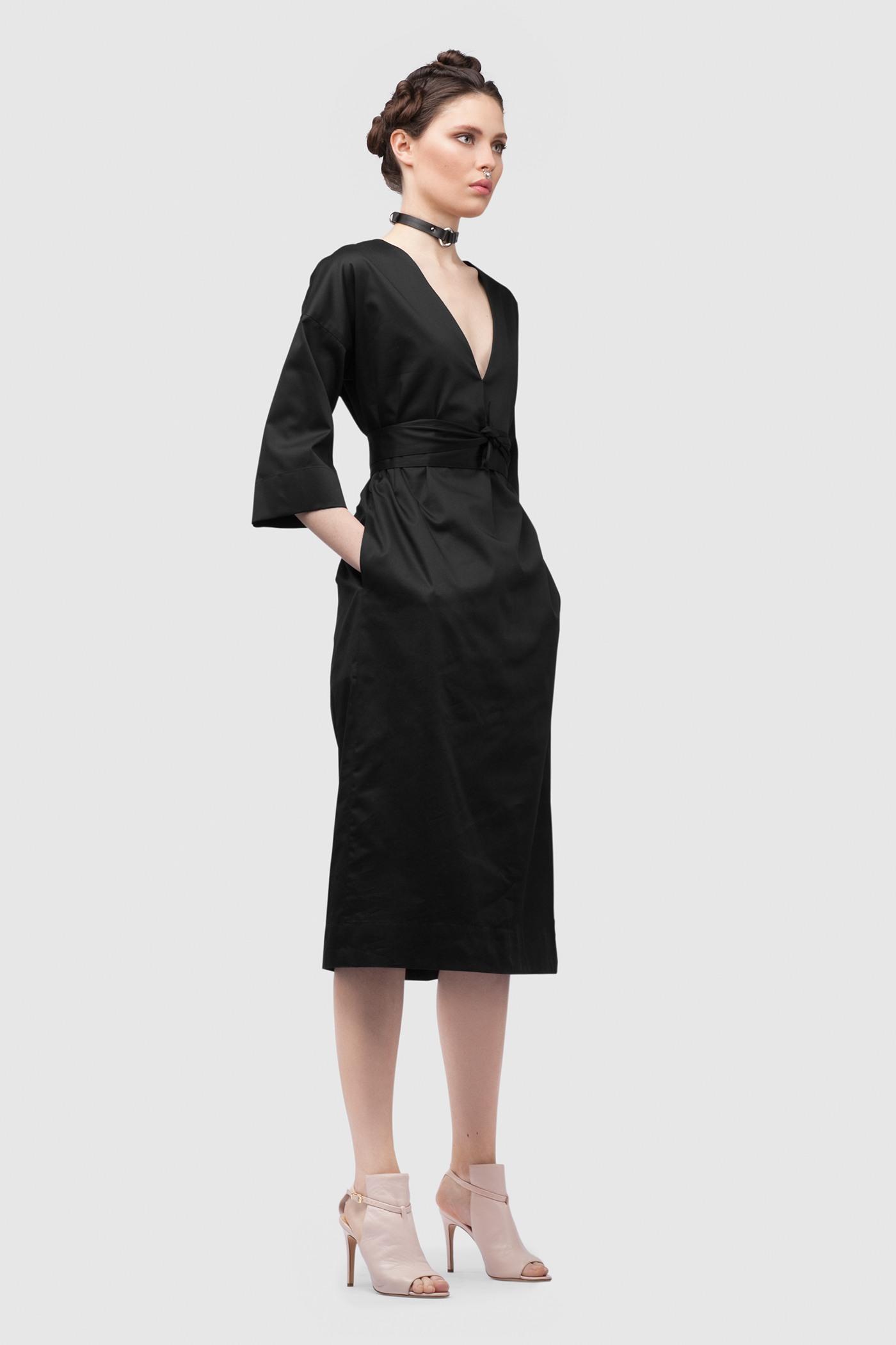 ПлатьеПлатье средней длины прямого силуэта из хлопка с глубоким V-образным вырезом. Драпируется с помощью тканного пояса.&#13;<br>&#13;<br>&#13;<br>широкие рукава 2/3&#13;<br>&#13;<br>имеет карманы в боковых швах&#13;<br>&#13;<br>свободный силуэт, платье можно носить как с поясом, так и без&#13;<br>&#13;<br>дышащий хлопок — идеальное платье для жаркого лета&#13;<br>&#13;<br>длина изделия по спинке 107 см в ростовке 164-170 см., длина может изменятся в зависимости от размера и ростовки&#13;<br>&#13;<br>размер и другие нюансы уточняются при заказе, мы с вами связываемся по указному вами номеру телефона<br><br>Цвет: Черный<br>Размер: XS, S, M, L<br>Ростовка: 158 -164, 164 -170, 170 -176