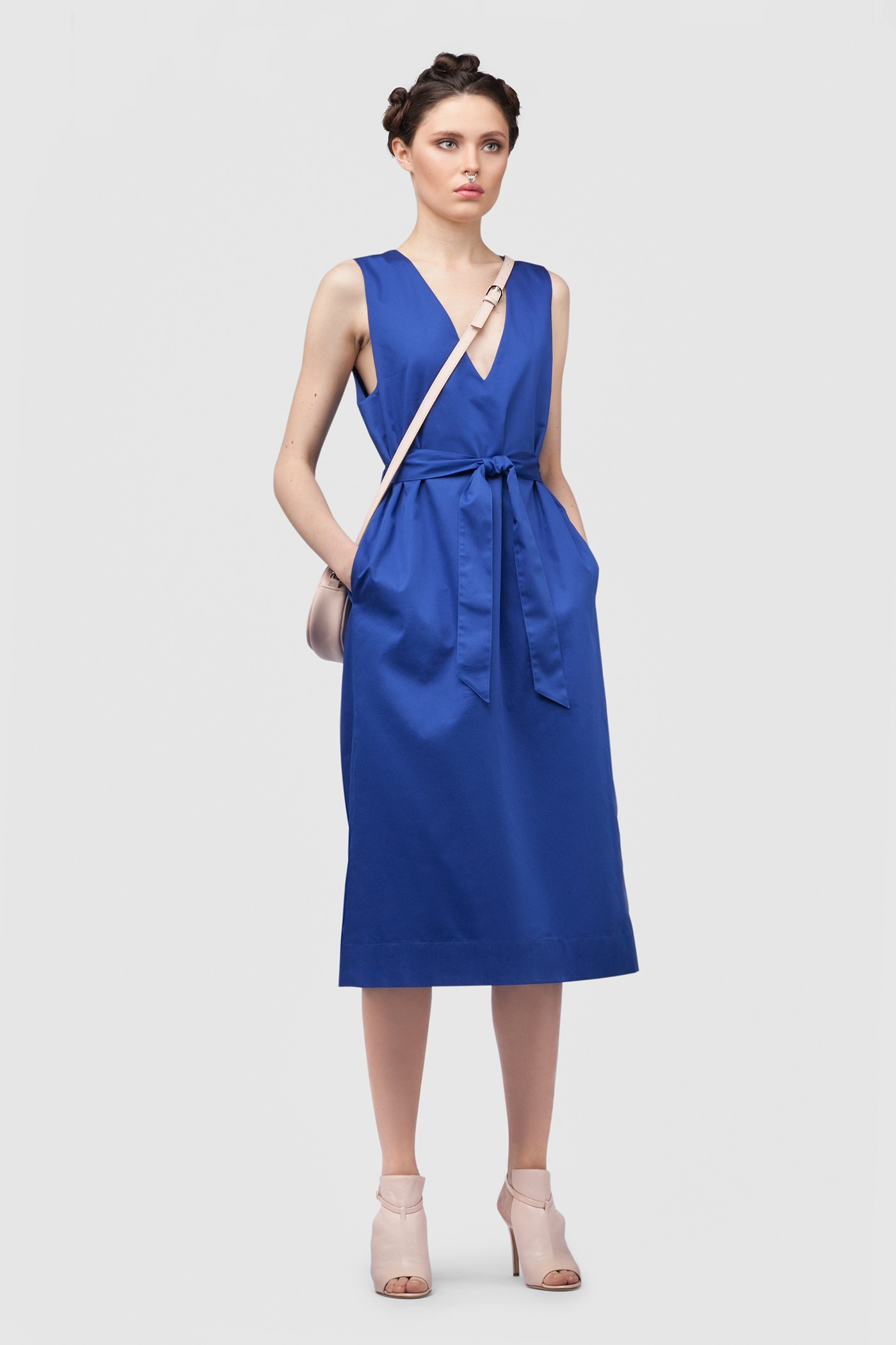 ПлатьеПлатье средней длины прямого силуэта из хлопка с глубоким V-образным вырезом. Драпируется с помощью тканного пояса.&#13;<br>&#13;<br>&#13;<br>без рукавов&#13;<br>&#13;<br>имеет карманы в боковых швах&#13;<br>&#13;<br>с подкладкой&#13;<br>&#13;<br>свободный силуэт, платье можно носить как с поясом, так и без&#13;<br>&#13;<br>дышащий хлопок — идеальное платье для жаркого лета&#13;<br>&#13;<br>длина изделия по спинке 107 см в ростовке 164-170 см., длина может изменятся в зависимости от размера и ростовки&#13;<br>&#13;<br>размер и другие нюансы уточняются при заказе, мы с вами связываемся по указному вами номеру телефона<br><br>Цвет: Синий, Васильковый, Серый, Красный<br>Размер: XXS, XS, S, M