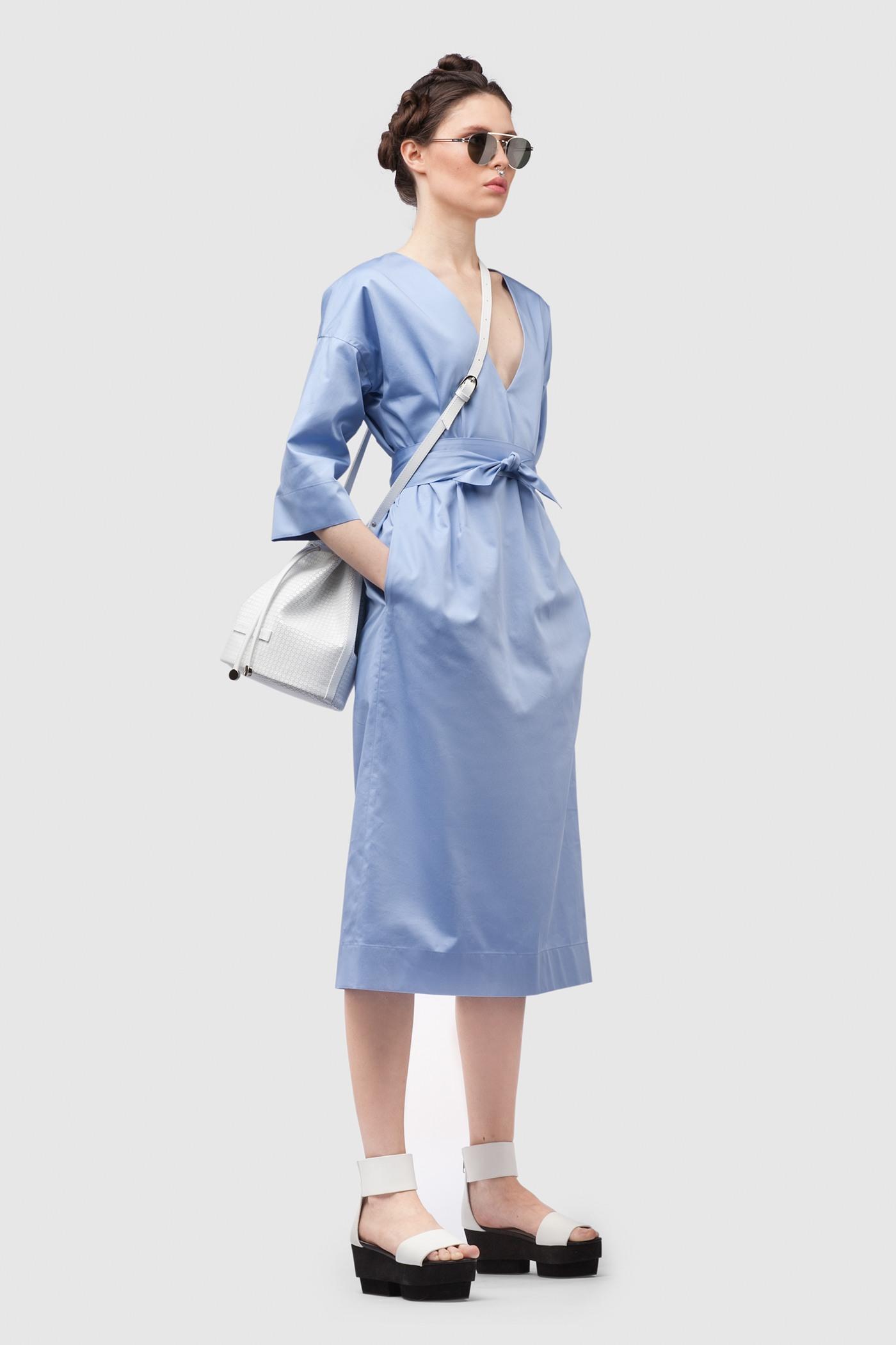 Платье средней длины - JapanПлатье средней длины прямого силуэта из хлопка с глубоким V-образным вырезом. Драпируется с помощью тканного пояса.&#13;<br>&#13;<br>&#13;<br>широкие рукава 2/3&#13;<br>&#13;<br>имеет карманы в боковых швах&#13;<br>&#13;<br>свободный силуэт, платье можно носить как с поясом, так и без&#13;<br>&#13;<br>дышащий хлопок — идеальное платье для жаркого лета&#13;<br>&#13;<br>длина изделия по спинке 107 см в ростовке 164-170 см., длина может изменятся в зависимости от размера и ростовки&#13;<br>&#13;<br>размер и другие нюансы уточняются при заказе, мы с вами связываемся по указному вами номеру телефона<br><br>Цвет: Васильковый, Синий, Красный<br>Размер: XS, S, M, L<br>Ростовка: 158 -164, 164 -170, 170 -176