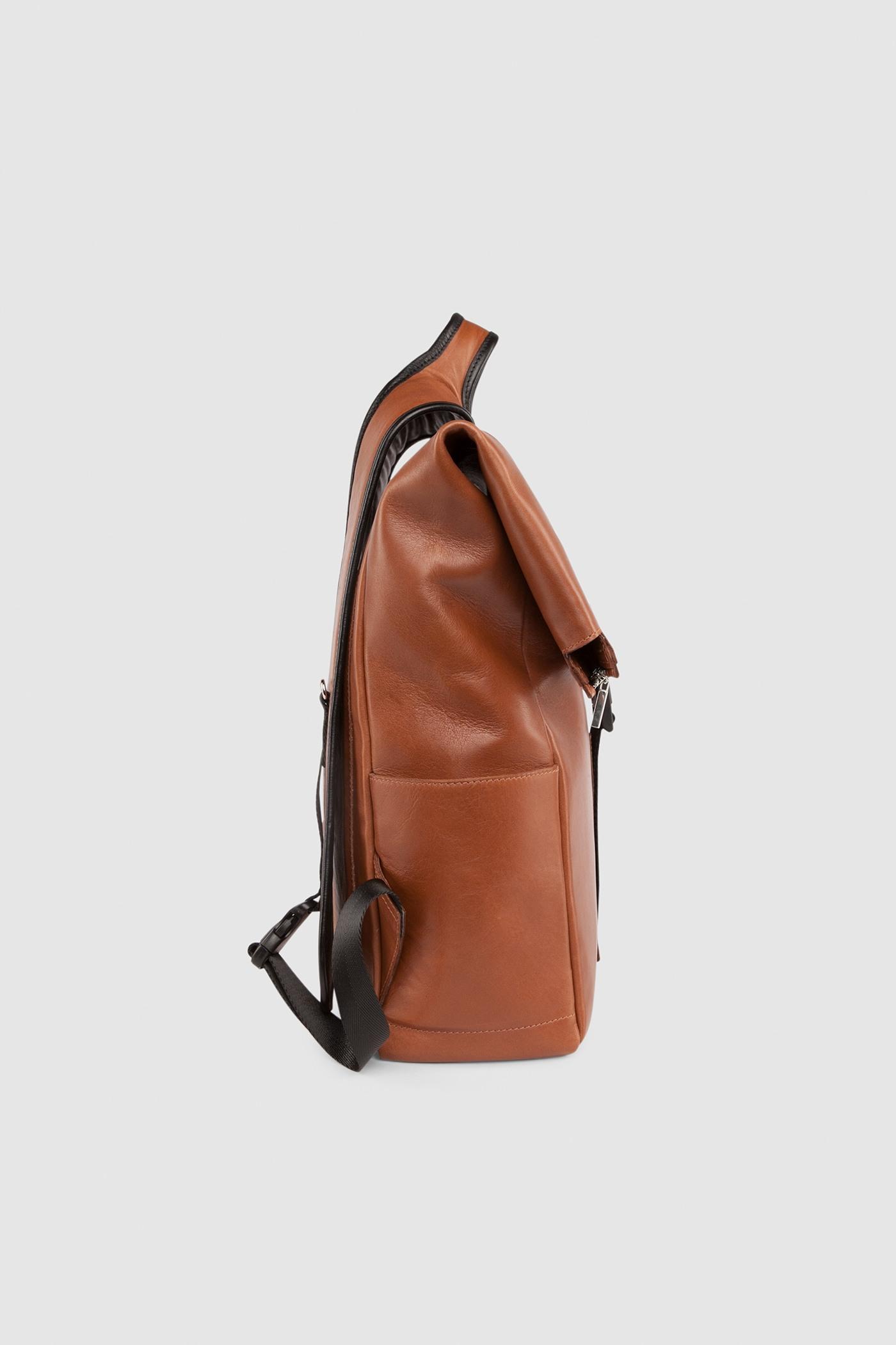 Мужской рюкзакБольшой мужской рюкзак из высококачественной кожи с дублированной задней стенкой. Внутреннее отделение на подкладке с молнией у основании рюкзака, также имеет дополнительный клапан для ноутбука. Спереди под крышкой имеется небольшой карман на молнии для документов/ключей. Широкая мягкая лямка с замком умная фурнитура.&#13;<br>&#13;<br>&#13;<br>держит форму&#13;<br>&#13;<br>боковые открытые карманы, помещается бутылка воды/пиво/вино&#13;<br>&#13;<br>защита нижних кантов от износа двойным дном&#13;<br>&#13;<br>тканная подкладка&#13;<br>&#13;<br>помещается виниловые пластинки, Mak 11/13/15, Mak Pro 15&#13;<br>&#13;<br>прилагается чехол для хранения&#13;<br>&#13;<br>&#13;<br>Высота: 42 см (в свернутом виде) 57 см (вместе с горлом)&#13;<br>Длина: 27 см&#13;<br>Глубина: 11,5 см&#13;<br>Высота ремешка: max 93 - min 69 см&#13;<br>Длина ручки: 22 см<br><br>Цвет: Терракот
