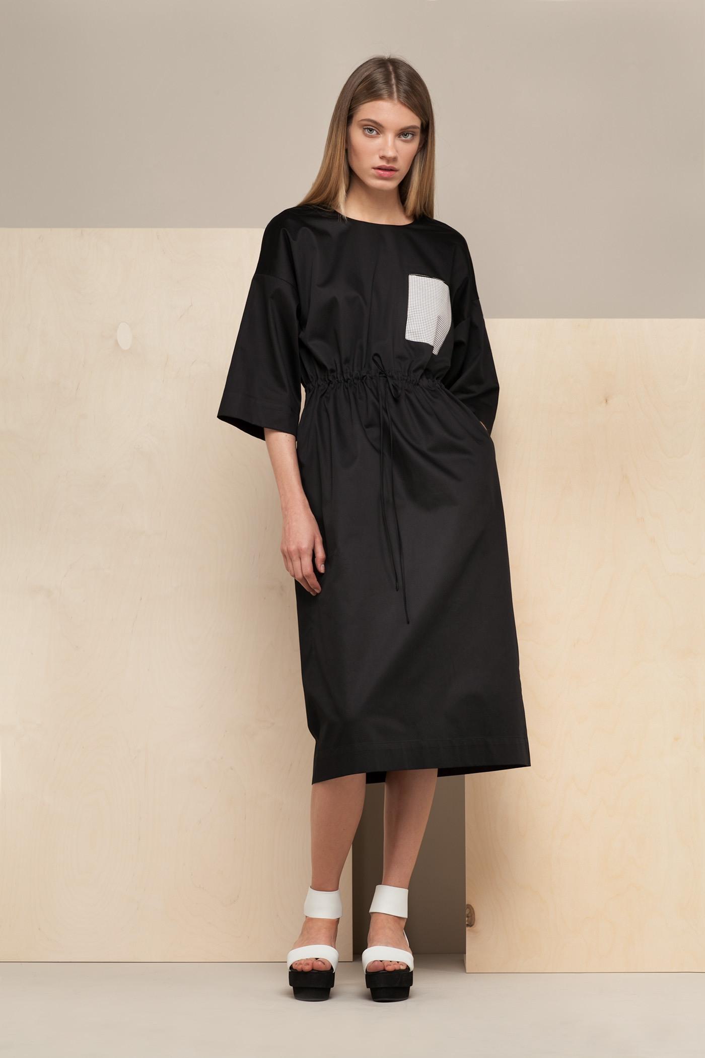 Платье средней длины - NemalevichПлатье средней длины прямого силуэта из хлопка с О-образным вырезом и карманом на груди. Драпируется на талии с помощью тканного шнурка.&#13;<br>&#13;<br>&#13;<br>широкие рукава 2/3&#13;<br>&#13;<br>карманы в боковых швах&#13;<br>&#13;<br>дышащий хлопок&#13;<br>&#13;<br>длина изделия по спинке 108 см в ростовке 164-170 см., длина может изменяться в зависимости от ростовки&#13;<br>&#13;<br>размер и другие нюансы уточняются при заказе, мы с вами связываемся по указанному вами номеру телефона<br><br>Цвет: Черный<br>Размер: one size<br>Ростовка: 164 -170