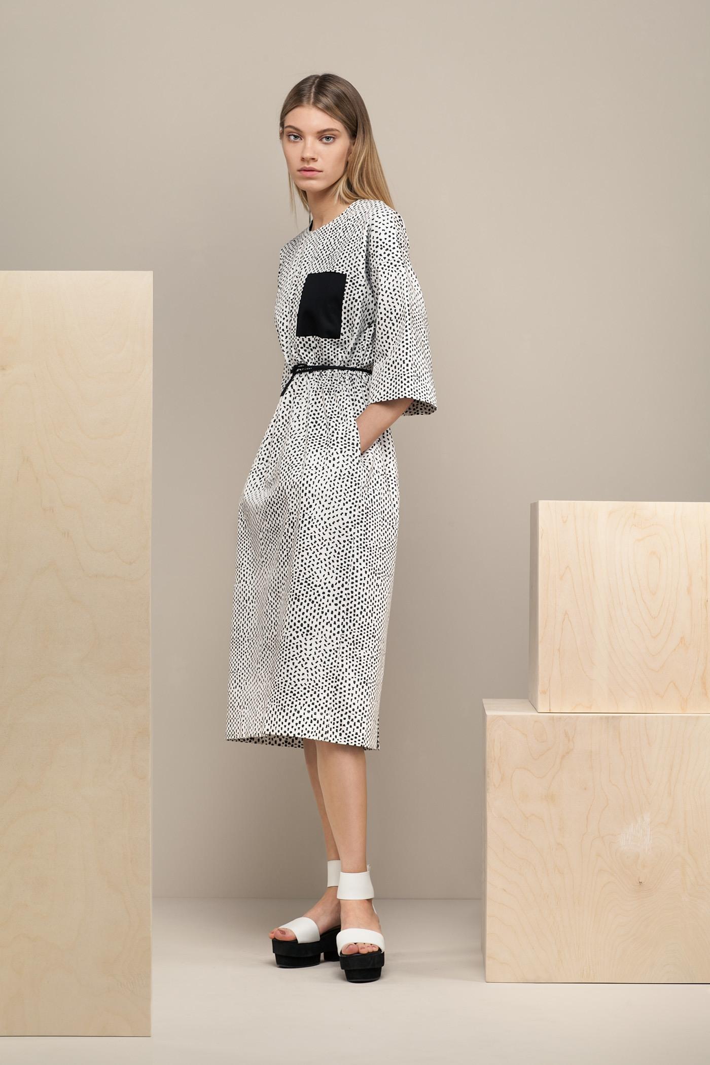 Платье средней длины - NemalevichПлатье средней длины прямого силуэта из хлопка с О-образным вырезом и карманом на груди. Драпируется на талии с помощью тканного шнурка.&#13;<br>&#13;<br>&#13;<br>широкие рукава 2/3&#13;<br>&#13;<br>карманы в боковых швах&#13;<br>&#13;<br>дышащий хлопок&#13;<br>&#13;<br>длина изделия по спинке 108 см в ростовке 164-170 см., длина может изменяться в зависимости от ростовки&#13;<br>&#13;<br>размер и другие нюансы уточняются при заказе, мы с вами связываемся по указанному вами номеру телефона<br><br>Цвет: Point<br>Размер: one size<br>Ростовка: 164 -170