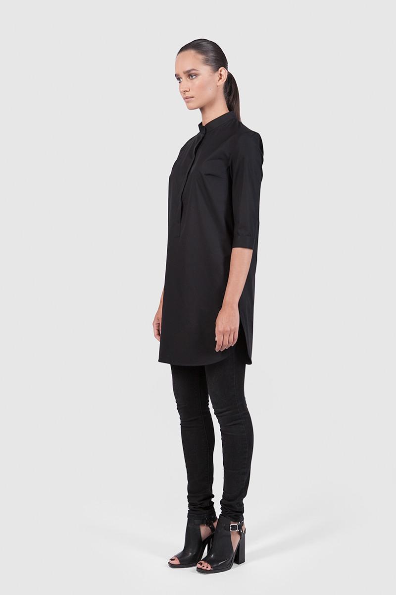 РубашкаУдлинённая рубашка прямого силуэта со стойкой и полукруглым низом&#13;<br>&#13;<br>&#13;<br>легкая дышащая ткань&#13;<br>&#13;<br>застёгивается на пуговки&#13;<br>&#13;<br>рукава 3/4&#13;<br>&#13;<br>длина рубашки по спинке: 83 см&#13;<br>&#13;<br>в комплекте тканный пояс. Рубашку можно носить как с ним, так и без него<br><br>Цвет: Черный, Васильковый, Бледно-розовый<br>Размер: XXS, XS, M, S