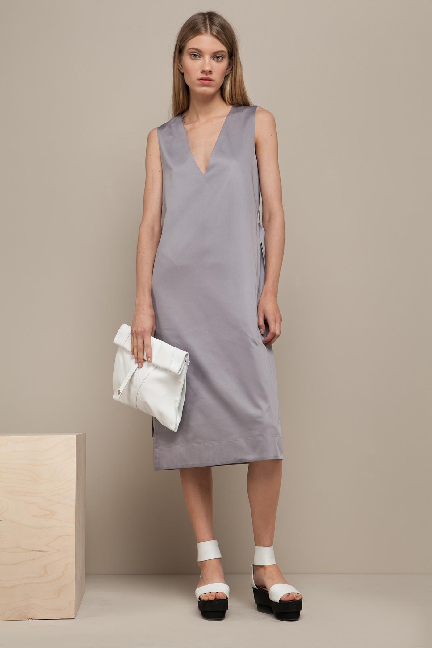 Платье средней длины - JustПлатье средней длины прямого силуэта из хлопка с глубоким V-образным вырезом. Драпируется с помощью тканного пояса.&#13;<br>&#13;<br>&#13;<br>без рукавов&#13;<br>&#13;<br>карманы в боковых швах&#13;<br>&#13;<br>свободный силуэт, платье можно носить как с поясом, так и без&#13;<br>&#13;<br>дышащий хлопок — идеальное платье для жаркого лета&#13;<br>&#13;<br>длина изделия по спинке 107 см в ростовке 164-170 см., длина может изменяться в зависимости от размера и ростовки&#13;<br>&#13;<br>размер и другие нюансы уточняются при заказе, мы с вами связываемся по указанному вами номеру телефона&#13;<br>Размер XS только в ростовке 164-170!&#13;<br>ФИНАЛЬНАЯ РАСПРОДАЖА - возврату и обмену не подлежит!<br><br>Цвет: Серый дым