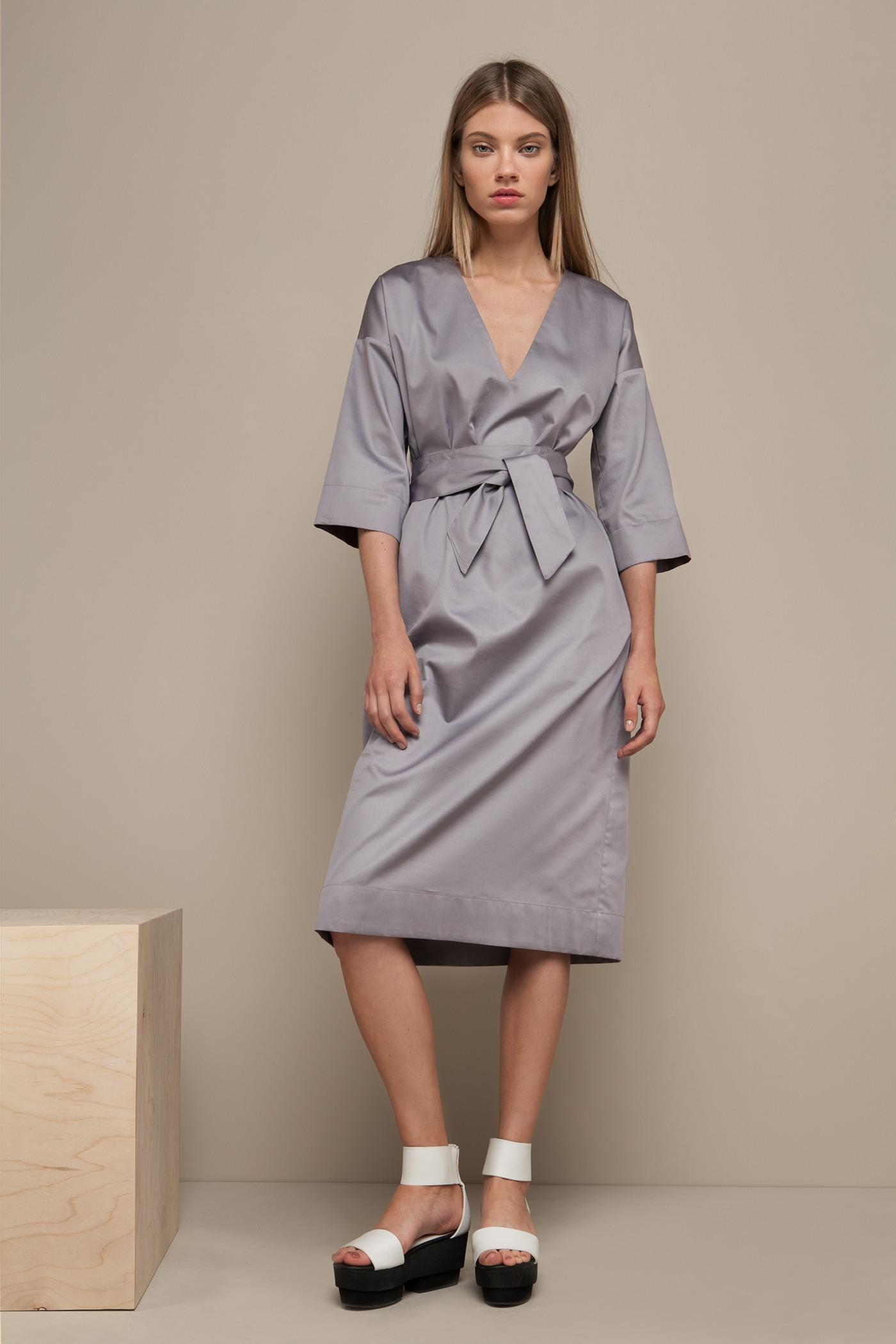 Платье средней длины - JapanПлатье средней длины прямого силуэта из хлопка с глубоким V-образным вырезом. Драпируется с помощью тканного пояса.&#13;<br>&#13;<br>&#13;<br>широкие рукава 2/3&#13;<br>&#13;<br>имеет карманы в боковых швах&#13;<br>&#13;<br>свободный силуэт, платье можно носить как с поясом, так и без&#13;<br>&#13;<br>дышащий хлопок — идеальное платье для жаркого лета&#13;<br>&#13;<br>длина изделия по спинке 107 см в ростовке 164-170 см., длина может изменятся в зависимости от размера и ростовки&#13;<br>&#13;<br>размер и другие нюансы уточняются при заказе, мы с вами связываемся по указному вами номеру телефона<br><br>Цвет: Серый дым