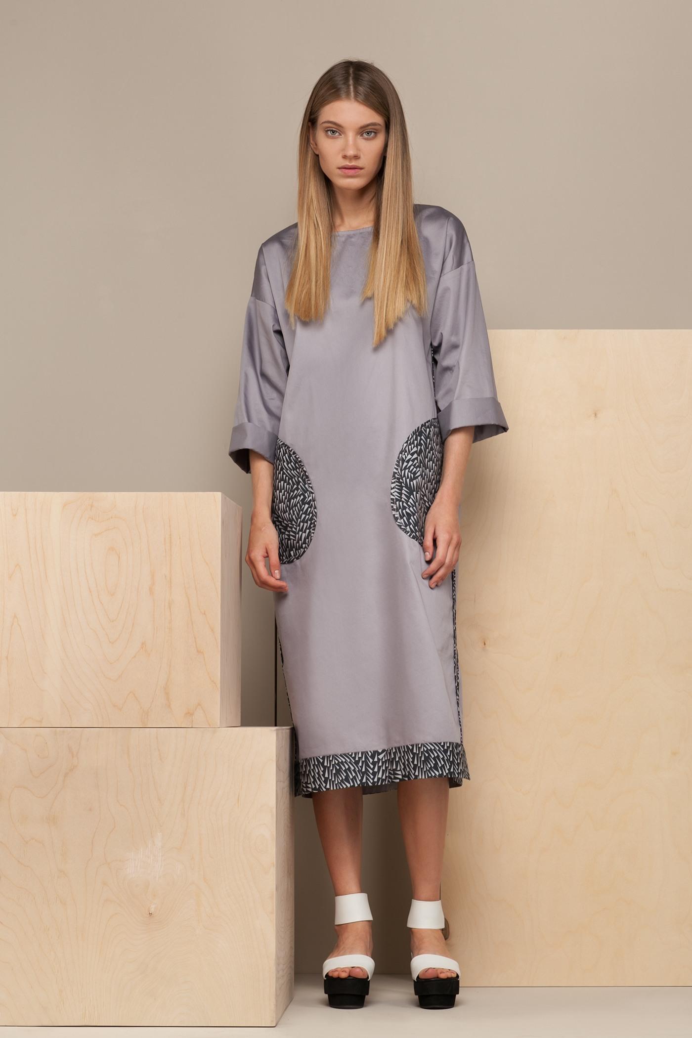 Платье средней длины - TildaСвободное платье средней длины прямого силуэта из хлопка с О-образным вырезом и декоративными карманами в районе бедер.&#13;<br>&#13;<br>&#13;<br>широкие рукава 2/3&#13;<br>&#13;<br>необычная отделка швов - наружу&#13;<br>&#13;<br>размер и другие нюансы уточняются при заказе, мы с вами связываемся по указанному вами номеру телефона<br><br>Цвет: Серый дым<br>Размер: XS, S, M<br>Ростовка: 164 -170