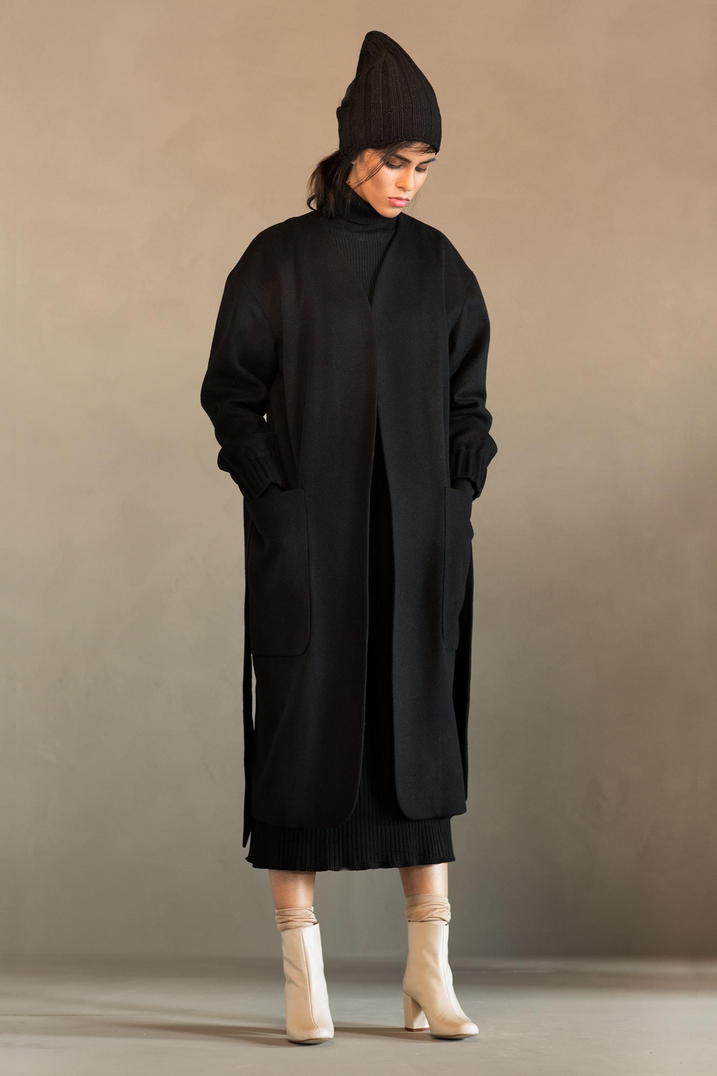 Пальто - ШАНХАЙ (13.0)Пальто<br>Уютное пальто средней длины&#13;<br>&#13;<br>Пальто-халат SHANGHAI (Шанхай) с фиксированным тканным поясом и спинкой на сборке. Спущенные рукава с ластовицей на резинке. Большие мягкие накладные карманы. Конструкция без подплечников. Данная модель не утепляется, является демисезонной. Рекомендуемый тепловой режим: от +15 до -8 градусов. Подходит для всех типов фигур: А, Т, О-образных.&#13;<br>&#13;<br>&#13;<br>&#13;<br>внутренний карман для телефона&#13;<br>&#13;<br>&#13;<br>&#13;<br>модель имеет три ростовки, длина изделия по спинке: 104 см (при росте 158-164), 108 см (при росте 164-170), 112 см (при росте 170-176)&#13;<br>&#13;<br>&#13;<br>&#13;<br>размер и другие нюансы уточняются при заказе, мы с вами связываемся по указанному вами номеру телефона&#13;<br>&#13;<br>&#13;<br>&#13;<br>Если у вас остались вопросы, пишите нам на электронную почту ASYAMALBERSHTEIN@GMAIL.COM или звоните по номеру +7 (812) 649-17-99, мы постараемся ответить на ваши вопросы и помочь определиться вам с выбором или размерной сеткой наших изделий.<br><br>Цвет: Черный, Синий, Красный<br>Размер: L, XS, S, M<br>Ростовка: 152 - 158, 158 -164, 164 -170