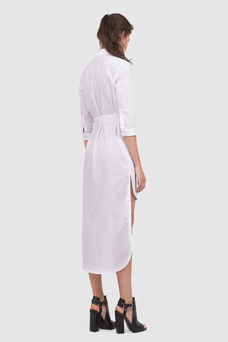 Платье-рубашкаУдлиненное платье-рубашка с воротничком-стойкой и широким поясом&#13;<br>&#13;<br>&#13;<br>дышащая хлопковая ткань&#13;<br>&#13;<br>застегивается на пуговку&#13;<br>&#13;<br>рукава 3/4&#13;<br>&#13;<br>прямой силуэт&#13;<br>&#13;<br>ассиметричный крой: длина платья спереди 80 см, длина по спинке - 127 см&#13;<br>&#13;<br>рубашка отлично сочетается с поясными сумками и портупеями.&#13;<br>&#13;<br>ФИНАЛЬНАЯ РАСПРОДАЖА - обмену и возврату не подлежит!<br><br>Цвет: Белый<br>Размер: M<br>Ростовка: 164 -170