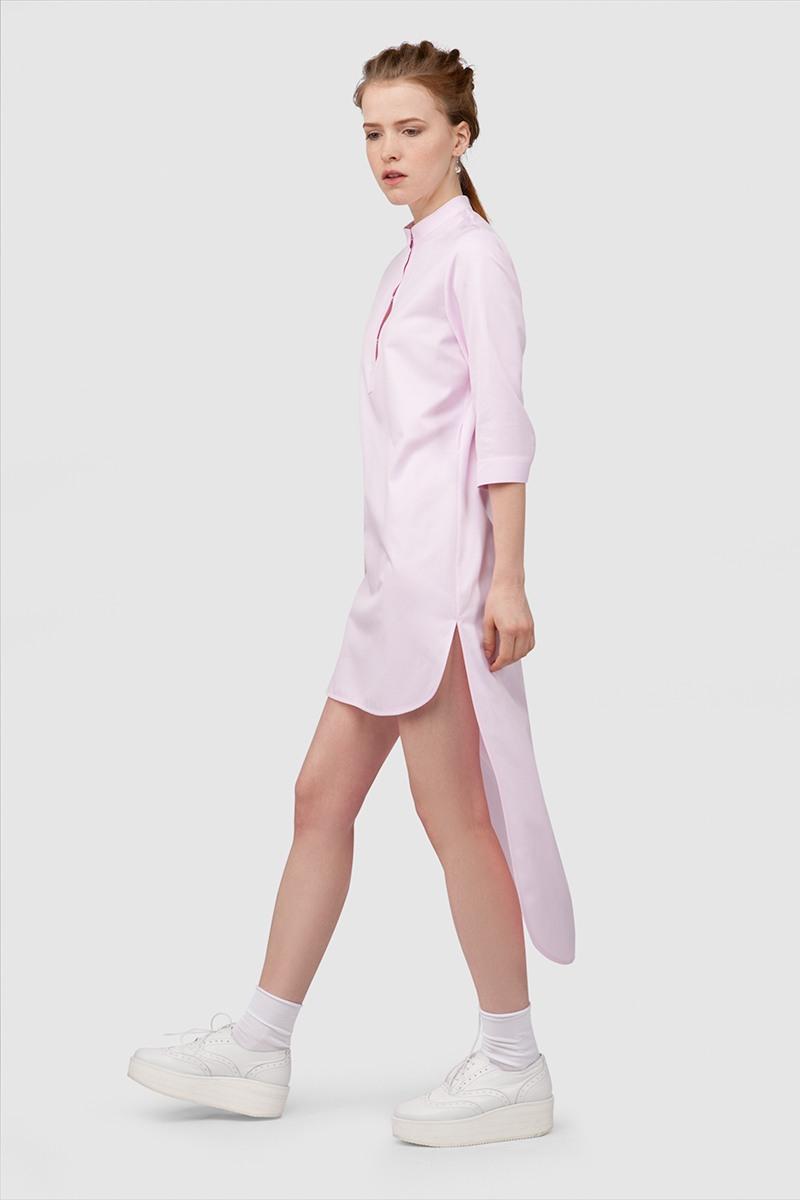 Платье-рубашкаУдлиненное платье-рубашка с воротничком-стойкой и широким поясом&#13;<br>&#13;<br>&#13;<br>&#13;<br>дышащая хлопковая ткань&#13;<br>&#13;<br>&#13;<br>&#13;<br>застегивается на пуговку&#13;<br>&#13;<br>&#13;<br>&#13;<br>рукава 3/4&#13;<br>&#13;<br>&#13;<br>&#13;<br>прямой силуэт&#13;<br>&#13;<br>&#13;<br>&#13;<br>ассиметричный крой: длина платья спереди 80 см, длина по спинке - 127 см&#13;<br>&#13;<br>&#13;<br>&#13;<br>рубашка отлично сочетается с поясными сумками и портупеями.<br><br>Цвет: Черный, Васильковый, Белый<br>Размер: S, XS, M, L