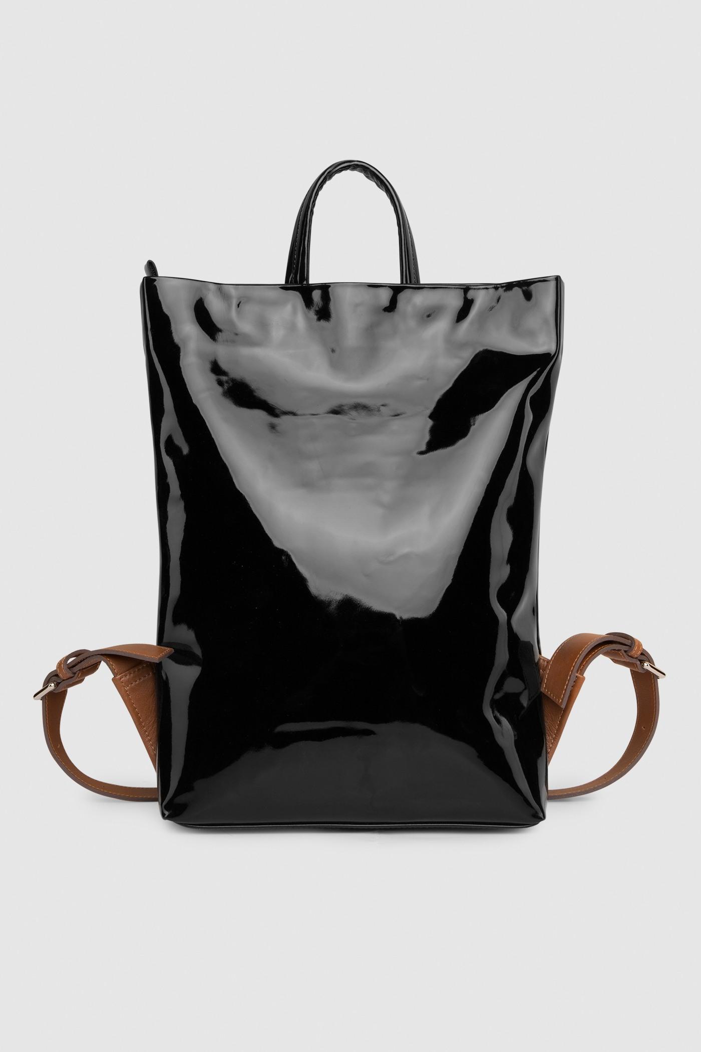 Рюкзак в трех размерах S, M, LПрямоугольныый городской рюкзак из плотной лакированной кожи. Закрывается на черную молнию сверху. Внутреннее отделение с тканевой подкладкой. Карман на молнии с тыльной стороны и небольшой карман на молнии внутри. Петля для подвешивания и регулируемые лямки из ремневой кожи - ширина 2,5 см. Прилагается чехол для хранения.&#13;<br>&#13;<br>&#13;<br>унисекс&#13;<br>&#13;<br>плоский рюкзак&#13;<br>&#13;<br>формирует объем за счет наполнения&#13;<br>&#13;<br>&#13;<br>Размеры рюкзака:&#13;<br>в размере S: высота 32х39 см&#13;<br>в размере M: высота 32х48 см&#13;<br>в размере L: высота 43х58 см&#13;<br>&#13;<br>Вес изделия:&#13;<br>650 грамм (рюкзак S)&#13;<br>800 грамм (рюкзак М)&#13;<br>970 грамм (рюкзак L)<br><br>Цвет: Чёрный глянец<br>Размер: S, M, L