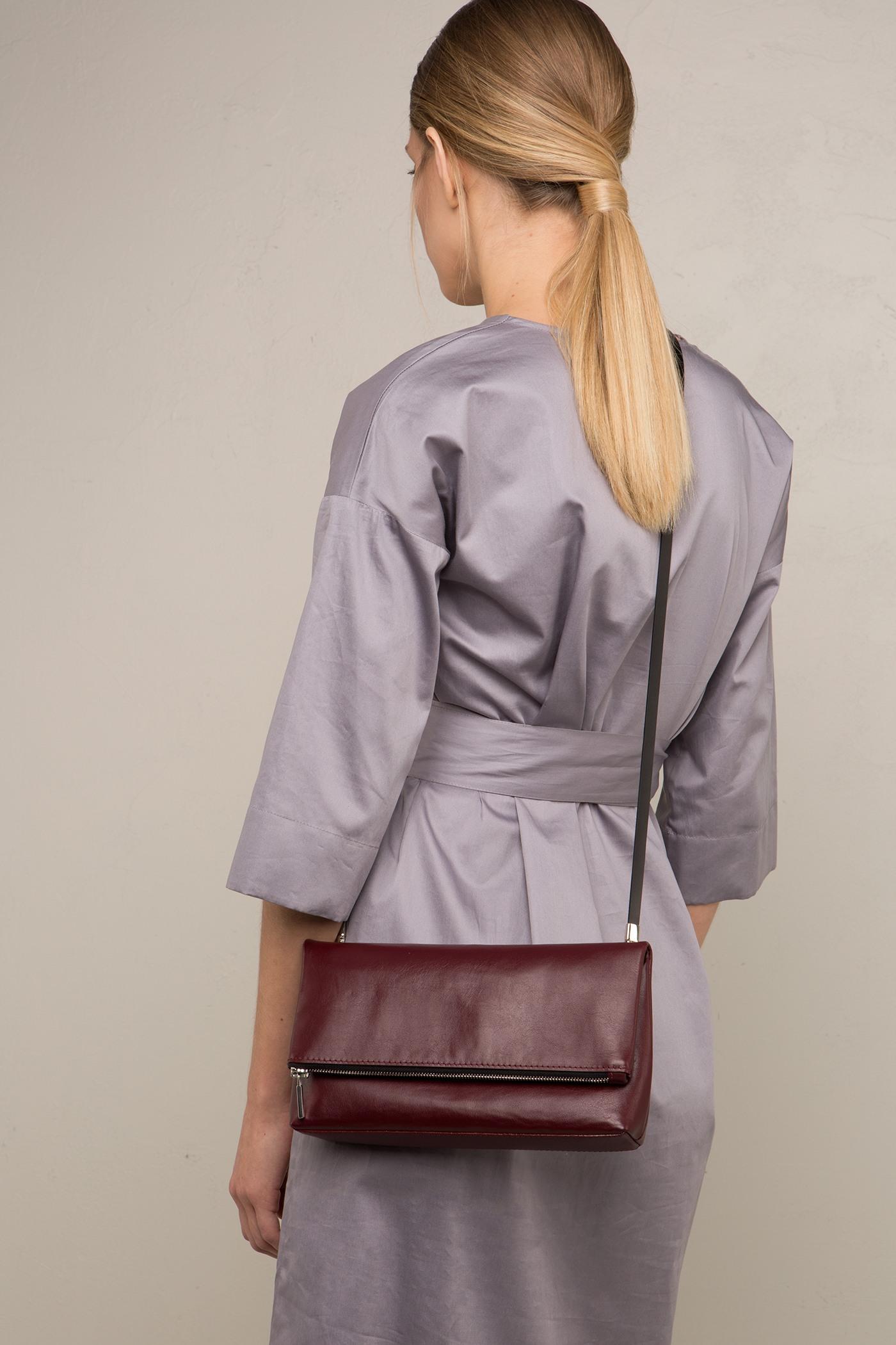 Сумка-клатчОткидной сумка-клатч с ремешком. Задний карман на молнии. Внутреннее отделение на подкладке застегивается сверху на молнию. Съемный регулируемый ремешок через плечо. Дополнительно, к данной модели сумки вы можете выбрать любой  съемный ремешок, который входит в стоимость комплекта.&#13;<br>&#13;<br>Размеры&#13;<br>Высота: 14 см&#13;<br>Длина: 25 см&#13;<br>Глубина: 5 см&#13;<br>Высота ремешка: max 122 - min 96 см&#13;<br>Высота ремешка: 80 см<br><br>Цвет: Черный, Красный, Капучино