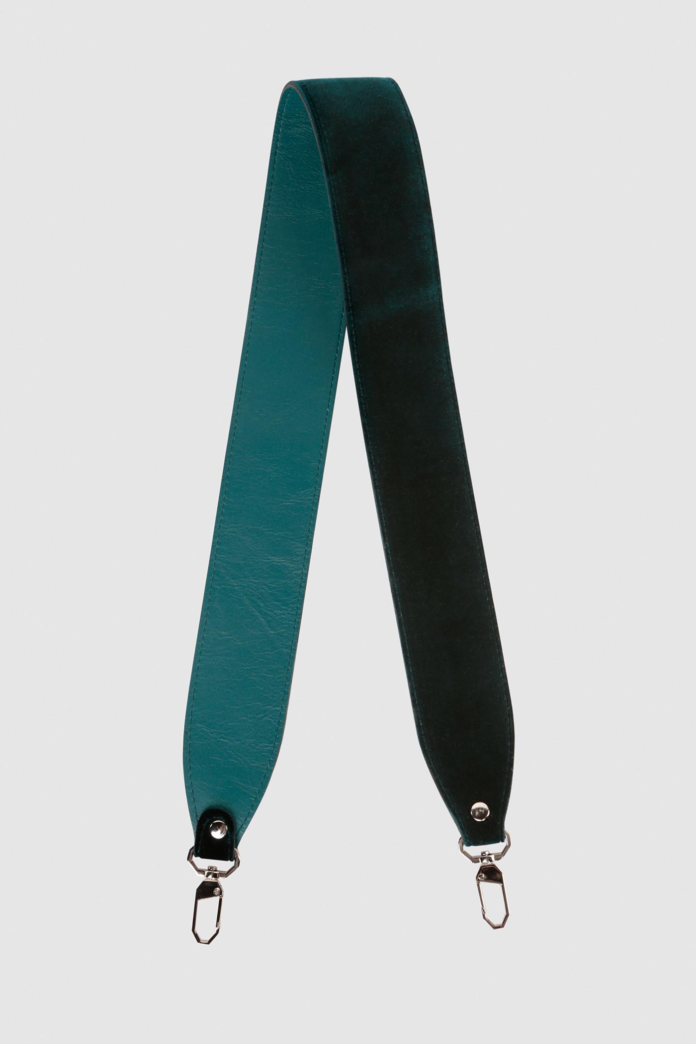 Ремешок на сумкуРемень широкий на двух карабинах из плотной натуральной кожи и бархата. Подходит к ряду моделей сумок.&#13;<br>&#13;<br>Размеры&#13;<br>Длина: 80 см&#13;<br>Ширина: 5 см<br><br>Цвет: Сумеречный циановый