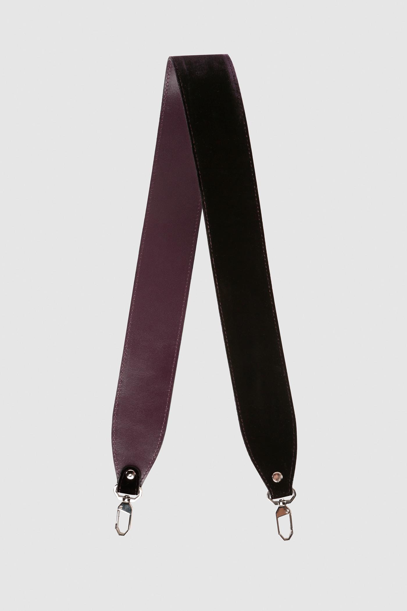Ремешок на сумкуРемень широкий на двух карабинах из плотной натуральной кожи и бархата. Подходит к ряду моделей сумок.&#13;<br>&#13;<br>Размеры&#13;<br>Длина: 80 см&#13;<br>Ширина: 5 см<br><br>Цвет: Баклажан