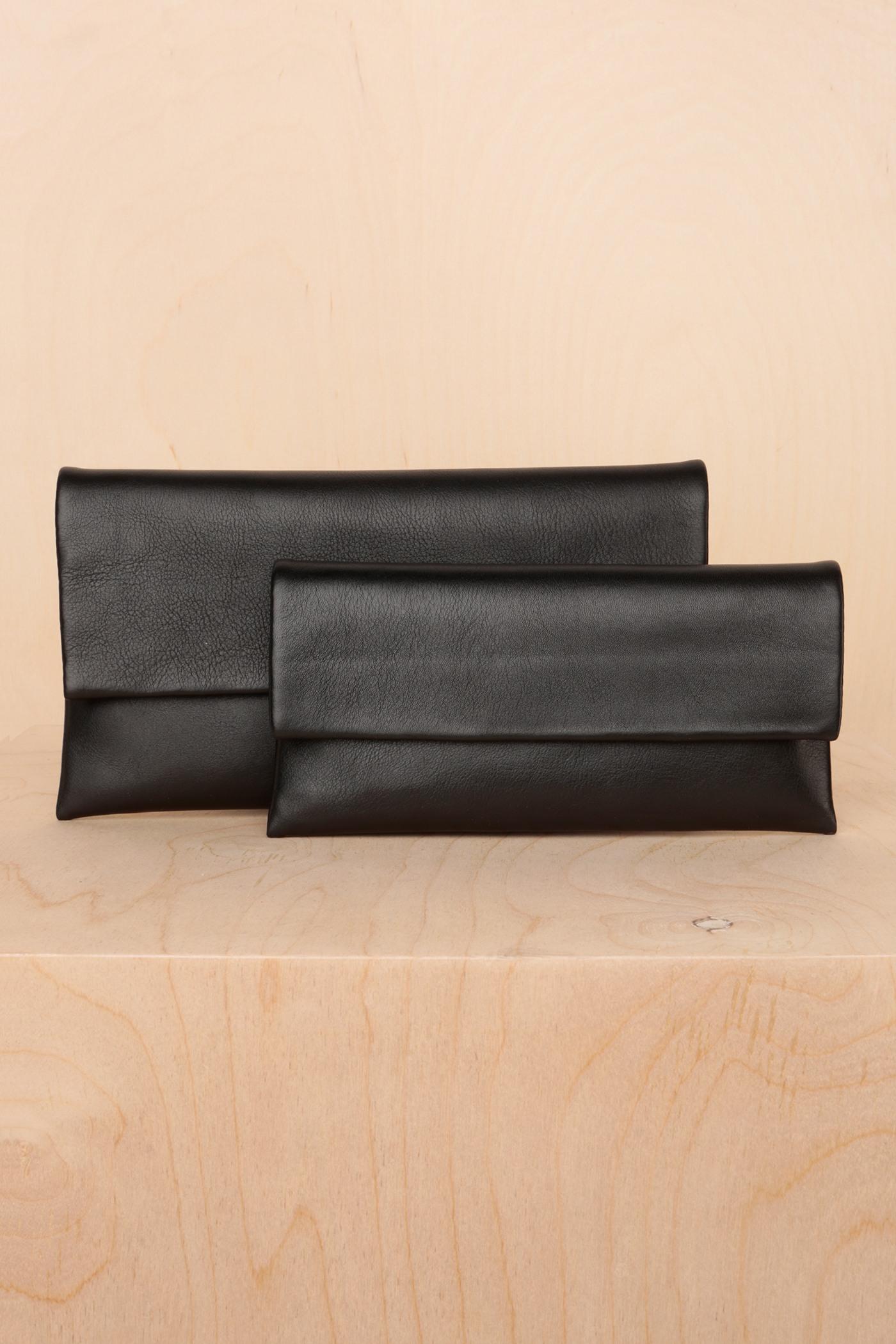 Клатч-кошелек в размере S или MКлатч из гладкой мягкой кожи на выбор в двух размерах, застегивается на потайные замки-магниты. Внутреннее отделение на подкладке с разделенным карманом. С одной стороны расположен маленький карман, а с другой — карман для пластиковых карт.&#13;<br>&#13;<br>Размеры:&#13;<br>в размере S: высота 10,5 х20,5 см&#13;<br>в размере M: высота 13,5 х 24 см<br><br>Цвет: Черный, Красный, Капучино<br>Размер: M, S