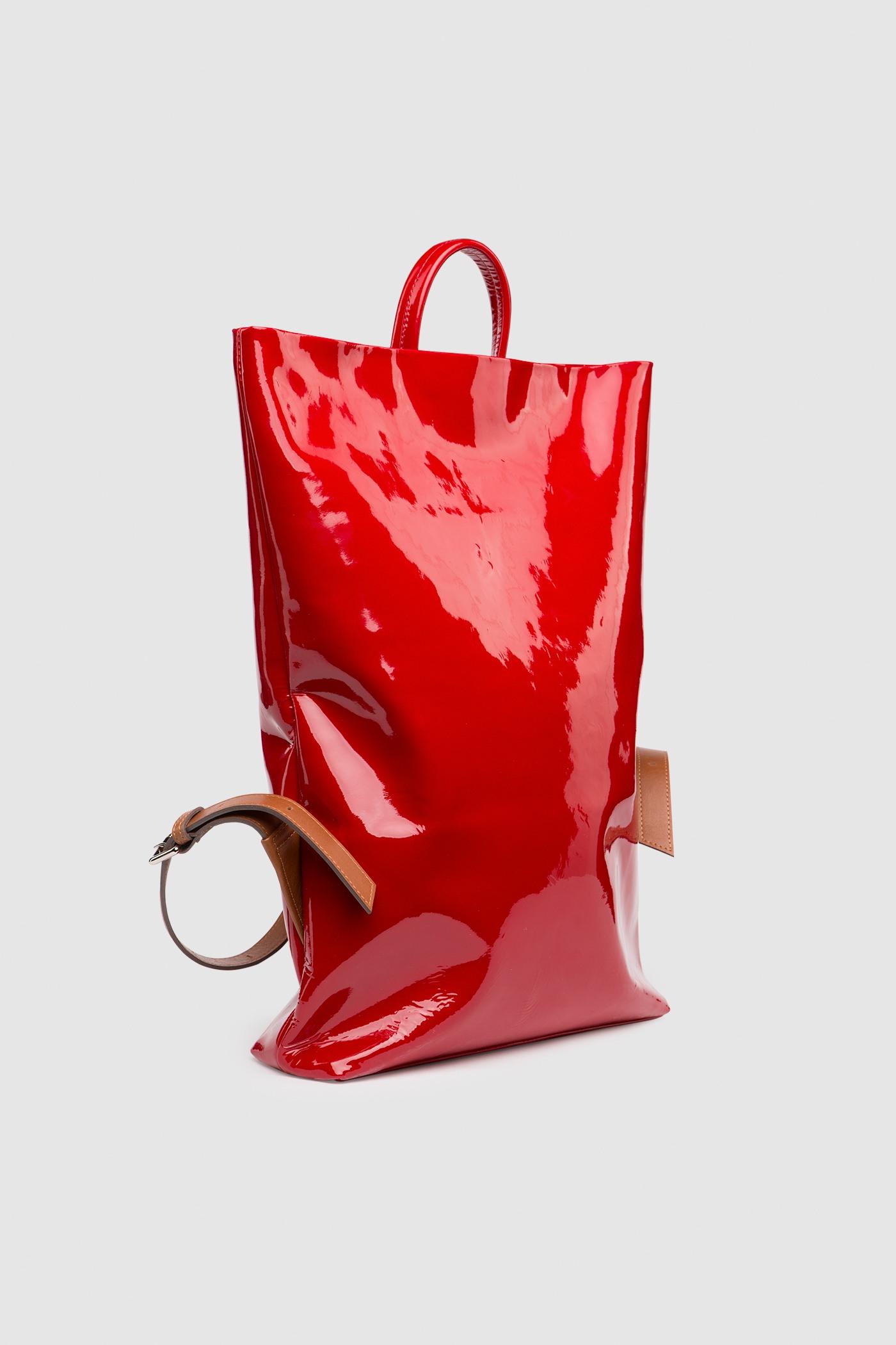 Рюкзак в трех размерах S, M, LПрямоугольныый городской рюкзак из плотной лакированной кожи. Закрывается на черную молнию сверху. Внутреннее отделение с тканевой подкладкой. Карман на молнии с тыльной стороны и небольшой карман на молнии внутри. Петля для подвешивания и регулируемые лямки из ремневой кожи - ширина 2,5 см. Прилагается чехол для хранения.&#13;<br>&#13;<br>&#13;<br>унисекс&#13;<br>&#13;<br>плоский рюкзак&#13;<br>&#13;<br>формирует объем за счет наполнения&#13;<br>&#13;<br>&#13;<br>Размеры рюкзака:&#13;<br>в размере S: высота 32х39 см&#13;<br>в размере M: высота 32х48 см&#13;<br>в размере L: высота 43х58 см&#13;<br>&#13;<br>Вес изделия:&#13;<br>650 грамм (рюкзак S)&#13;<br>800 грамм (рюкзак М)&#13;<br>970 грамм (рюкзак L)<br><br>Цвет: Красный глянец<br>Размер: S, M, L