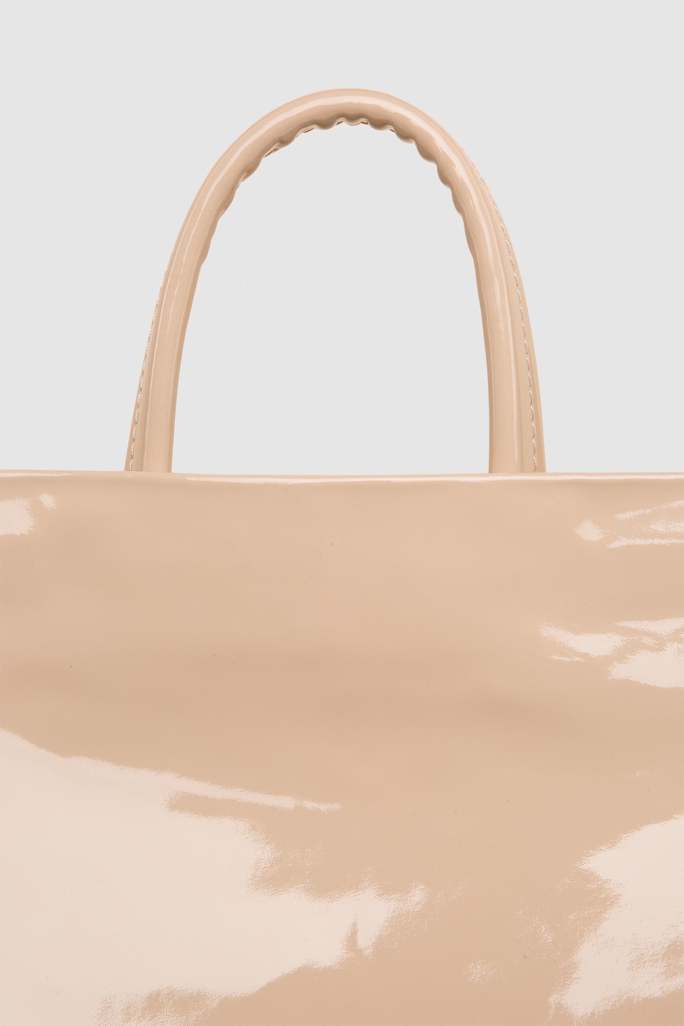Рюкзак в трех размерах S, M, LПрямоугольныый городской рюкзак из плотной лакированной кожи. Закрывается на черную молнию сверху. Внутреннее отделение с тканевой подкладкой. Карман на молнии с тыльной стороны и небольшой карман на молнии внутри. Петля для подвешивания и регулируемые лямки из ремневой кожи - ширина 2,5 см. Прилагается чехол для хранения.&#13;<br>&#13;<br>&#13;<br>унисекс&#13;<br>&#13;<br>плоский рюкзак&#13;<br>&#13;<br>формирует объем за счет наполнения&#13;<br>&#13;<br>&#13;<br>Размеры рюкзака:&#13;<br>в размере S: высота 32х39 см&#13;<br>в размере M: высота 32х48 см&#13;<br>в размере L: высота 43х58 см&#13;<br>&#13;<br>Вес изделия:&#13;<br>650 грамм (рюкзак S)&#13;<br>800 грамм (рюкзак М)&#13;<br>970 грамм (рюкзак L)<br><br>Цвет: Бежевый глянец<br>Размер: S, M, L