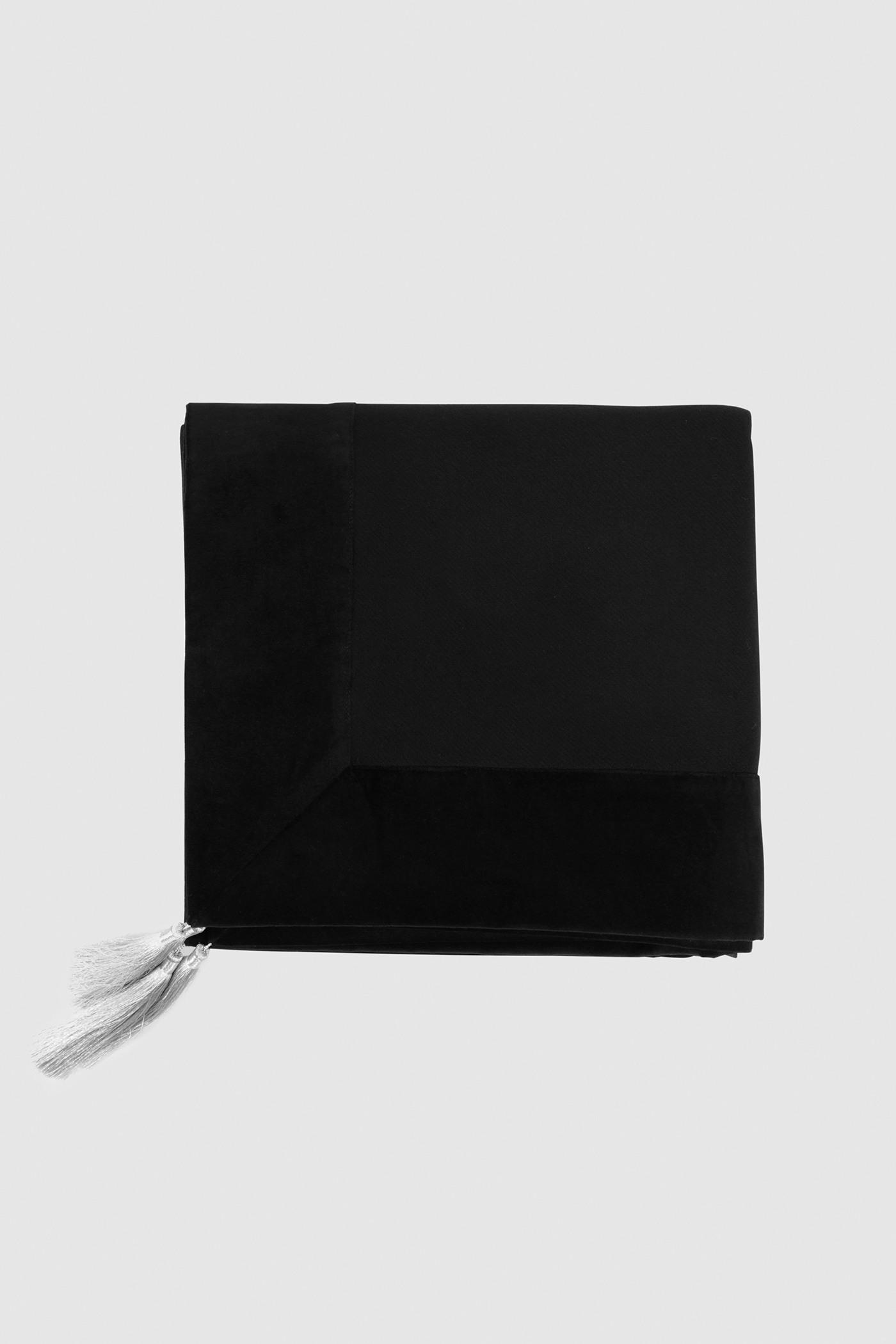 Плед c бархатной отделкойДвусторонний шерстяной плед с декоративными кисточками.&#13;<br>Модель выполнена из 100% шерсти с отделкой из бархата. Уютный и тёплый, он согреет вас и отлично впишется в любой интерьер.&#13;<br>Размеры: 145х145 см<br><br>Цвет: Черный