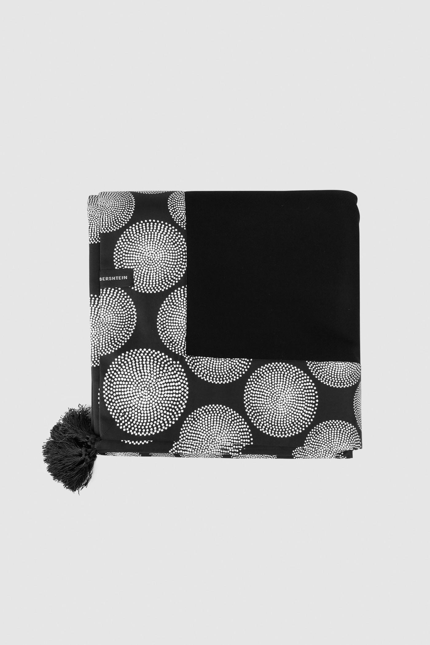 Плед с отделкой из принтового хлопкаДвусторонний шерстяной плед с декоративными кисточками.&#13;<br>Модель выполнена из 100% шерсти с отделкой из принтового хлопка. Уютный и тёплый, он согреет вас и отлично впишется в любой интерьер.&#13;<br>Размеры: 145х145 см<br><br>Цвет: Черный