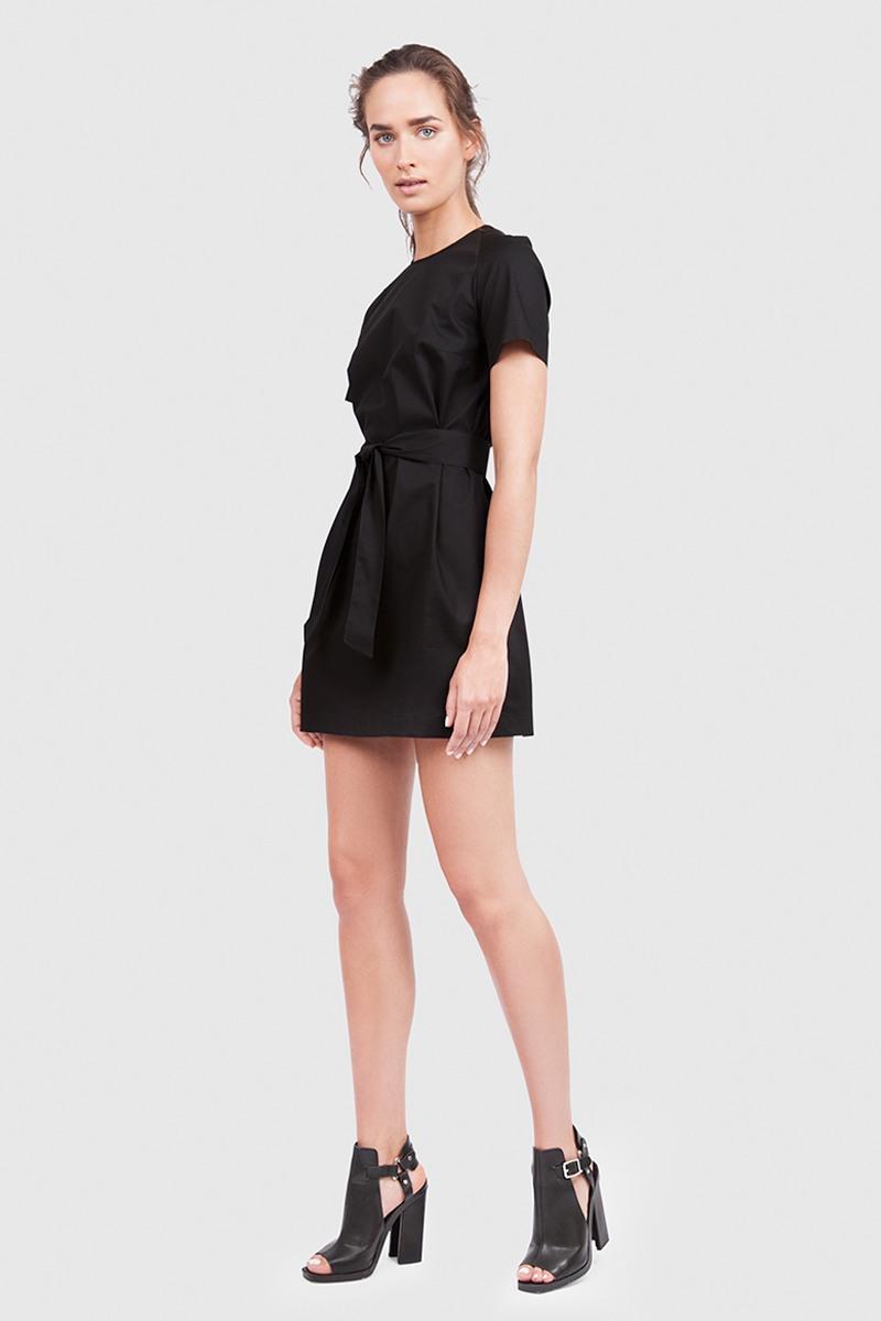 ПлатьеЛетнее хлопковое платье прямого силуэта&#13;<br>&#13;<br>&#13;<br>вместительные карманы в боковых швах&#13;<br>&#13;<br>застегивается на кнопки на спинке.&#13;<br>&#13;<br>свободный силуэт, платье можно носить как с поясом, так и без&#13;<br>&#13;<br>дышащий хлопок — идеальное платье для жаркого лета&#13;<br>&#13;<br>длина платья по спинке при росте 155-165 см — 80 см, при росте 166-178 — 83 см. Ваша ростовка уточняется перед отправкой товара<br><br>Цвет: Черный<br>Размер: XXS, XS, S, M<br>Ростовка: 152 - 158, 158 -164, 170 -176, 164 -170