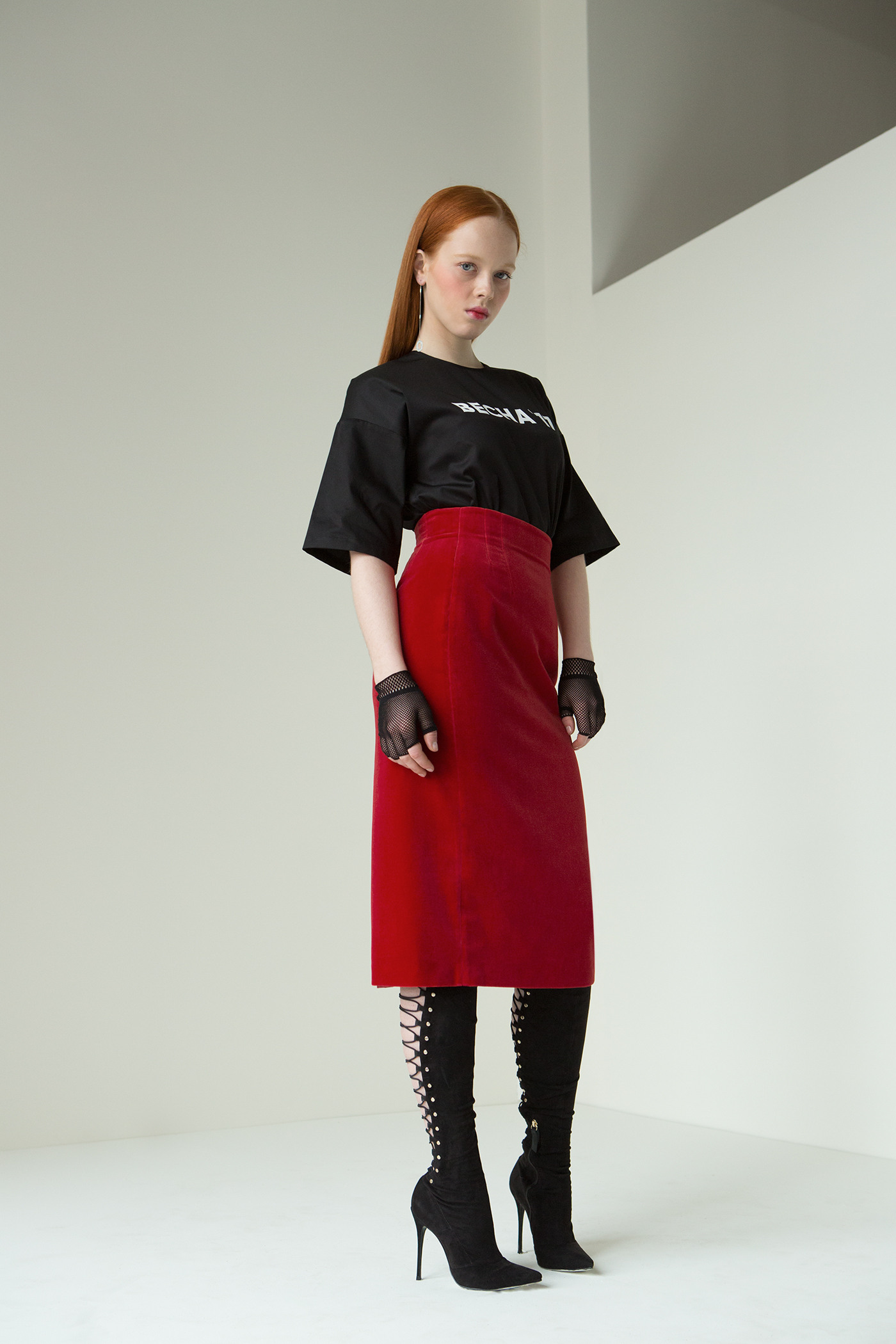 Бархатная юбкаОблегающая фигуру юбка-карандаш с высокой талией из алого бархата. Идеально подойдет для деловой встречи в сочетание с облегающим боди. Так же отлично гармонирует с футболками из новой коллекции ВЕСНА 17&#13;<br>&#13;<br>&#13;<br>застегивается на потайную молнию по центру спинки&#13;<br>&#13;<br>выразительные выточки, формирует фигуру&#13;<br>&#13;<br>юбка с подкладкой из вискозы&#13;<br>&#13;<br>длина изделия от талии — 74 см&#13;<br>&#13;<br>при выборе размера, ориентируйтесь на нашу таблицу размеров. Если по меркам вы находитесь между двумя размерами то, можно выбрать вещь меньшего размера, тогда вы добъетесь более облегающего силуэта, или большего, чтобы изделие имело более свободный силуэт.<br><br>Цвет: Красный<br>Размер: S, M<br>Ростовка: 164 -170