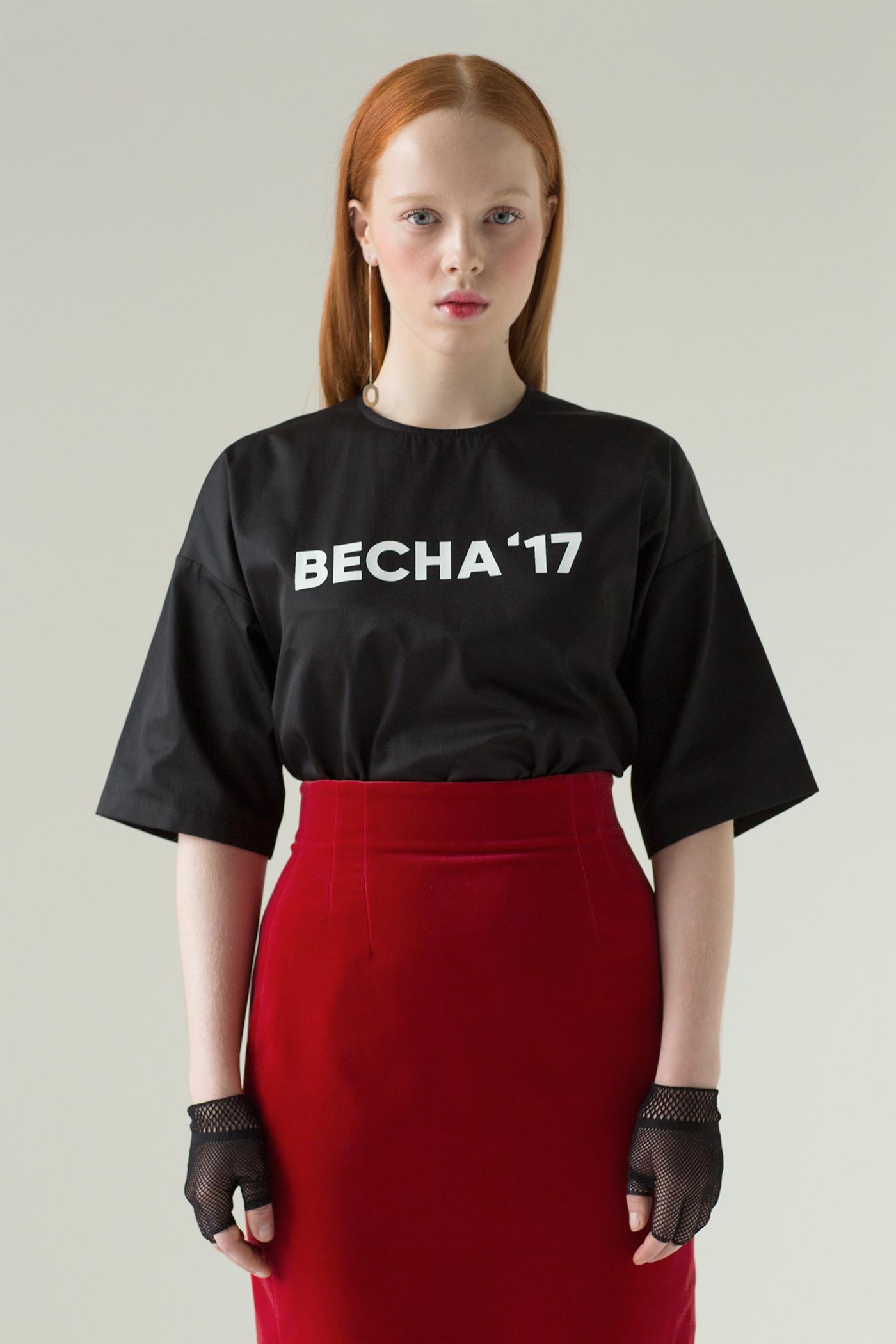 Футболка с принтомСвободная футболка из черного хлопка, на груди принт выполненный в технике шелкография.&#13;<br>&#13;<br>&#13;<br>застегивается на потайную молнию по центру спинки&#13;<br>&#13;<br>длина изделия по спинке — 60 см&#13;<br>&#13;<br>изделие в одном размере one size (подойдет для следующих размеров: хs, s, m)<br><br>Цвет: Черный