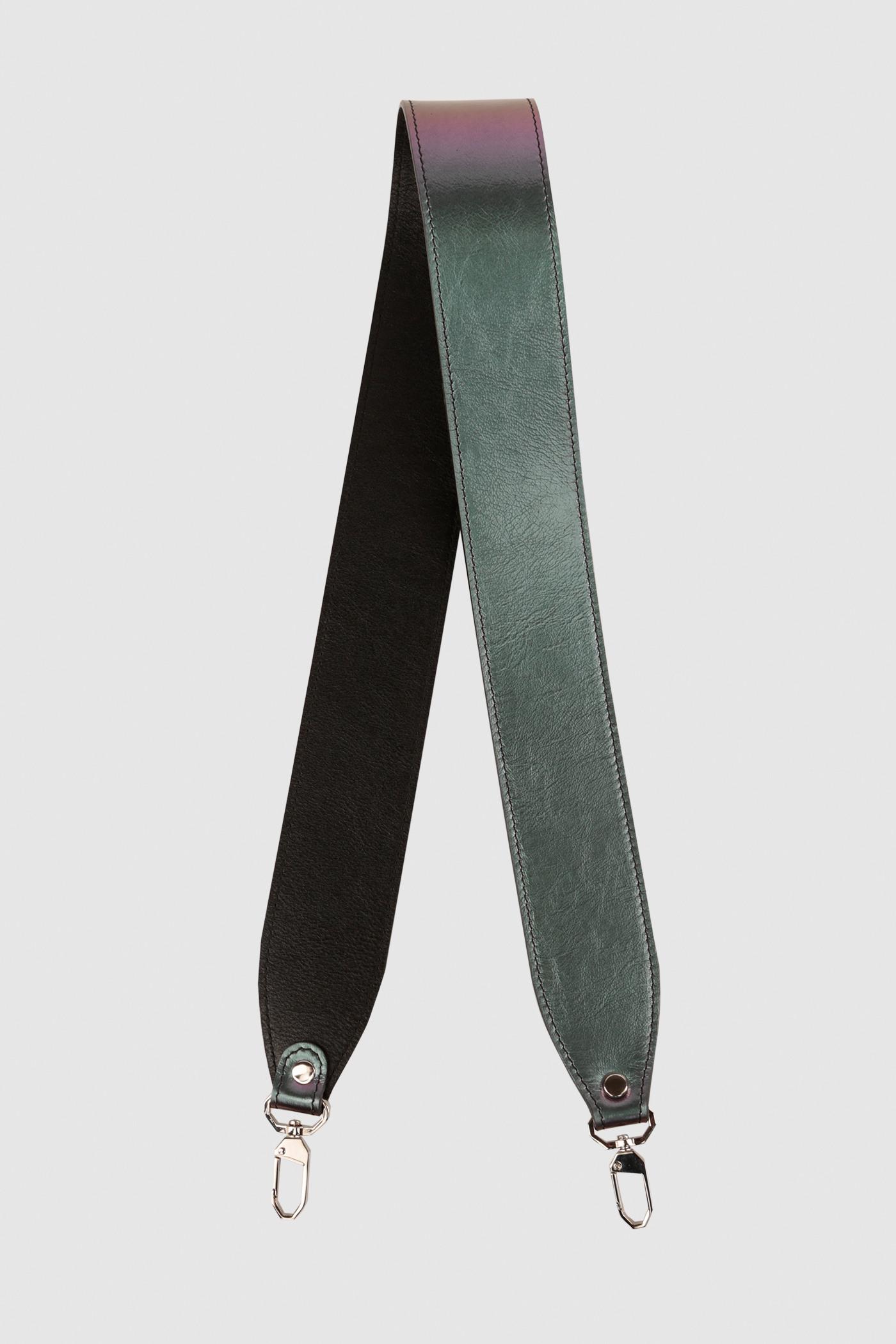 Ремешок на сумкуРемень широкий на двух карабинах из плотной натуральной кожи. Подходит к ряду моделей сумок.&#13;<br>&#13;<br>Размеры&#13;<br>Длина: 80 см&#13;<br>Ширина: 5 см<br><br>Цвет: Бензин