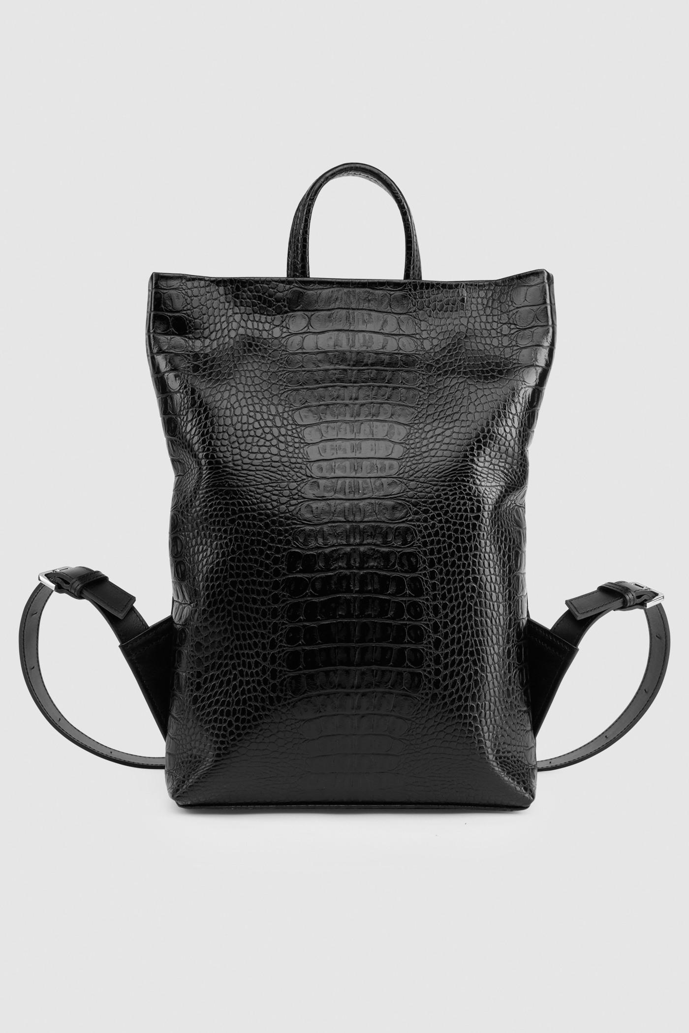 Рюкзак в трех размерах S, M, LПрямоугольныый городской рюкзак из плотной лакированной кожи. Закрывается на черную молнию сверху. Внутреннее отделение с тканевой подкладкой. Карман на молнии с тыльной стороны и небольшой карман на молнии внутри. Петля для подвешивания и регулируемые лямки из ремневой кожи - ширина 2,5 см. Прилагается чехол для хранения.&#13;<br>&#13;<br>&#13;<br>унисекс&#13;<br>&#13;<br>плоский рюкзак&#13;<br>&#13;<br>формирует объем за счет наполнения&#13;<br>&#13;<br>&#13;<br>Размеры рюкзака:&#13;<br>в размере S: высота 32х39 см&#13;<br>в размере M: высота 32х48 см&#13;<br>в размере L: высота 43х58 см&#13;<br>&#13;<br>Вес изделия:&#13;<br>650 грамм (рюкзак S)&#13;<br>800 грамм (рюкзак М)&#13;<br>970 грамм (рюкзак L)<br><br>Цвет: Чёрный крокодил<br>Размер: S, M, L
