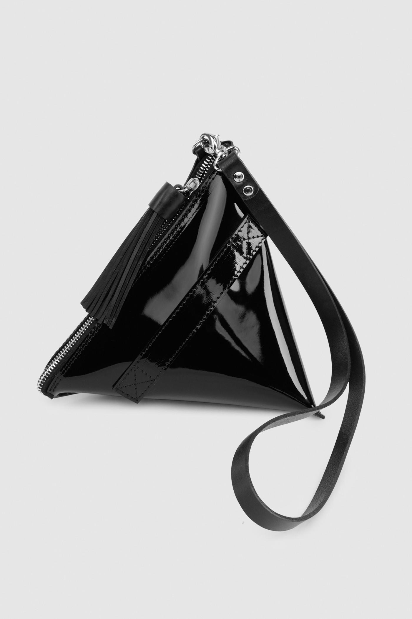 Сумка Milk-pack (S)Маленькая сумка в форме молочного пакета&#13;<br>&#13;<br>&#13;<br>сделана из плотной кожи&#13;<br>&#13;<br>без подклада&#13;<br>&#13;<br>застежка-молния с декоративной кожаной кисточкой&#13;<br>&#13;<br>размер: 20х20 см<br><br>Цвет: Чёрный глянец, Винный глянец