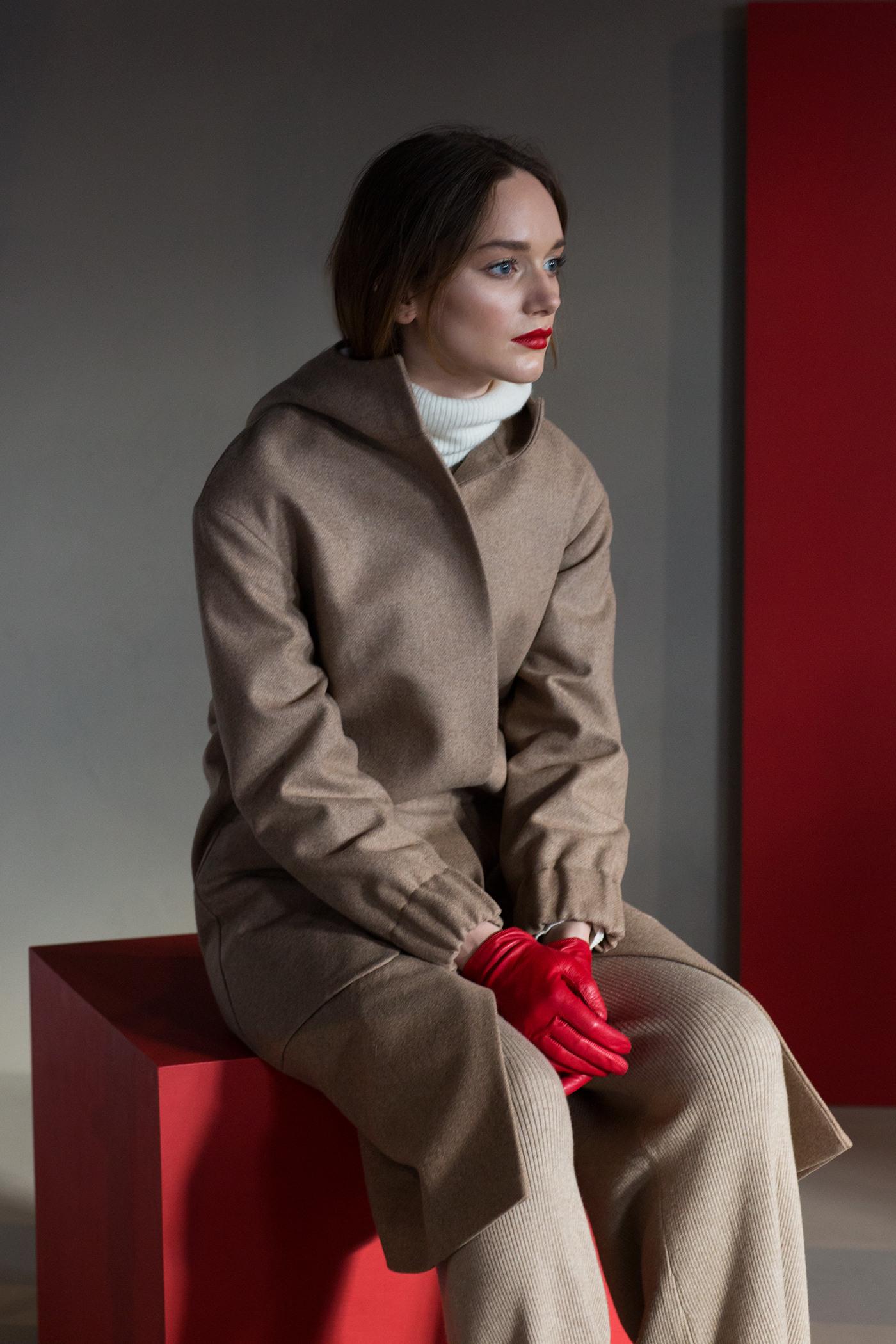 Зимнее пальто с капюшоном - РЕЙКЬЯВИК (9.0)Шерстяное пальто свободного силуэта. Имеет два боковых кармана и капюшон. Закрывается на молнию. Рукава на резинке. Конструкция без подплечников. Модель подходит для всех типов фигур - А, Т, О-образных.&#13;<br>&#13;<br>&#13;<br>рекомендуемая сезонность: холодная осень, теплая зима&#13;<br>&#13;<br>шерстяной дышащий утеплитель эффективно сохраняет тепло и при этом не препятствует свободной циркуляции воздуха&#13;<br>&#13;<br>утеплитель - не съемный, вшивается на этапе сборки между основной тканью и подкладочной&#13;<br>&#13;<br>длина по спинке размера S при росте 158-164 см: 101 см, 164-170 см: 105 см, 170-176 см: 109 см&#13;<br>&#13;<br>модель имеет 3 ростовки: 158-164 см, 164-170 см, 170-176 см. Размер и другие нюансы уточняются при заказе, мы с вами связываемся по указанному вами номеру телефона&#13;<br>&#13;<br>&#13;<br>* Внимание! Ощущение тепла - очень индивидуально и зависит от множества факторов (влажность, ветер, индивидуальные особенности, прочая одежда на человеке итд.), поэтому мы не можем гарантировать, что каждому будет комфортен указанный диапазон температур. Поэтому учитывайте, пожалуйста, эти детали при формировании заказа.&#13;<br>&#13;<br>** Возможная погрешность в длинах готового изделия составляет не более 2-3%&#13;<br>&#13;<br>*** Если у вас остались вопросы, пишите нам на электронную почту asyamalbershtein@gmail.com или звоните по номеру +7 (812) 649-17-99, мы постараемся ответить на ваши вопросы и помочь определиться вам с выбором или размерной сеткой наших изделий.<br><br>Цвет: Верблюжий<br>Размер: S, M<br>Ростовка: 164 -170