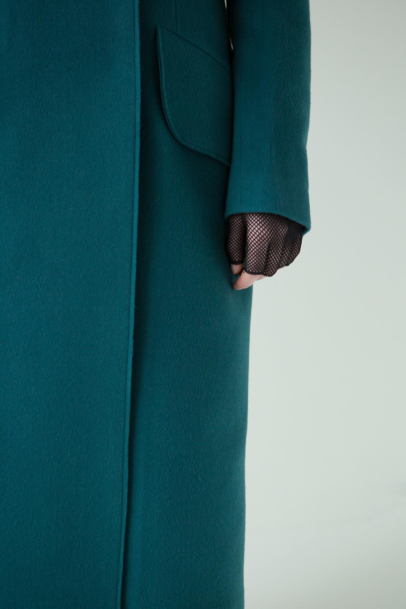 Легкое пальто - МИЛАН (19.0)Пальто<br>Пальто с большим воротником с открытым срезом&#13;<br>&#13;<br>Элегантное классическое пальто MILAN (Милан) прямого, слегка приталенного силуэта из шерсти станет отличной базой для любого городского гардероба. Наклонные прорезные карманы с декоративными клапанами. Конструкция без подплечников. Данная модель не утепляется, является демисезонной. Рекомендуемый тепловой режим: от +10 до 0 градусов. Подходит для всех типов фигур: А,О-образных.&#13;<br>&#13;<br>&#13;<br>кнопки вместо пуговиц, благодаря им у вас всегда имеется возможность корректировки этой модели пальто под себя&#13;<br>&#13;<br>прямой крой с плотной посадкой на фигуре&#13;<br>&#13;<br>длина размера S при росте 158-164: 106 см, 164-170 - 109 см, 170-176 - 112см&#13;<br>&#13;<br>модель имеет 3 ростовки: 158-164 см, 164-170 см, 170-176 см. Размер и другие нюансы уточняются при заказе, мы с вами связываемся по указанному вами номеру телефона.&#13;<br>&#13;<br>&#13;<br>Если у вас остались вопросы, пишите нам на электронную почту ASYAMALBERSHTEIN@GMAIL.COM или звоните по номеру +7 (812) 649-17-99, мы постараемся ответить на ваши вопросы и помочь определиться вам с выбором или размерной сеткой наших изделий.<br><br>Цвет: Морская волна, Винный<br>Размер: XS, S, M, L<br>Ростовка: 158 -164, 164 -170, 170 -176