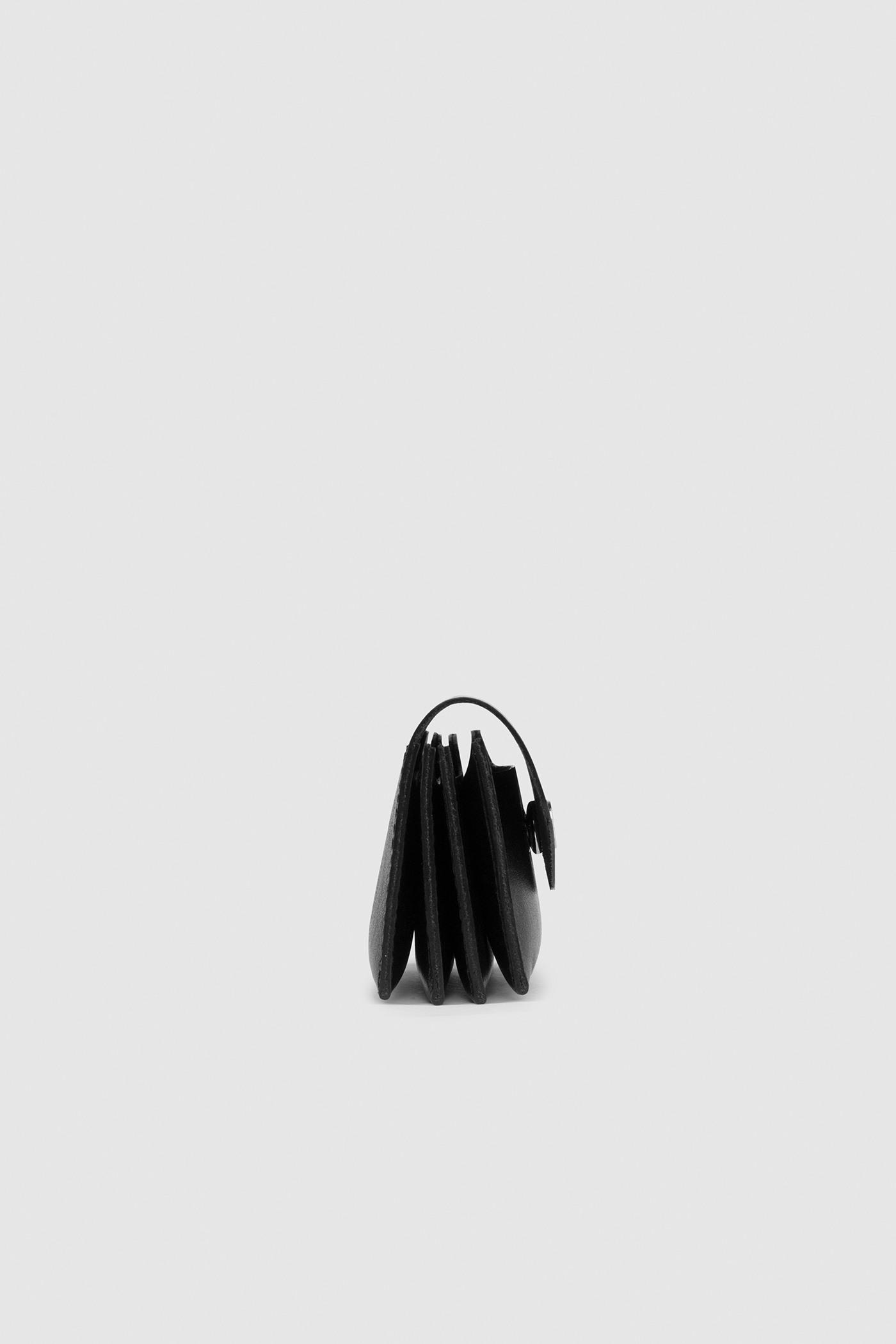 ВизитницаКомпактная кожаная визитница с откидным клапаном на кнопке.&#13;<br>&#13;<br>&#13;<br>4 вместительных отделения&#13;<br>&#13;<br>На задней стенке печать серебром Asya Malbershtein&#13;<br>&#13;<br>Размеры: 11х7х3,5 см<br><br>Цвет: Черный