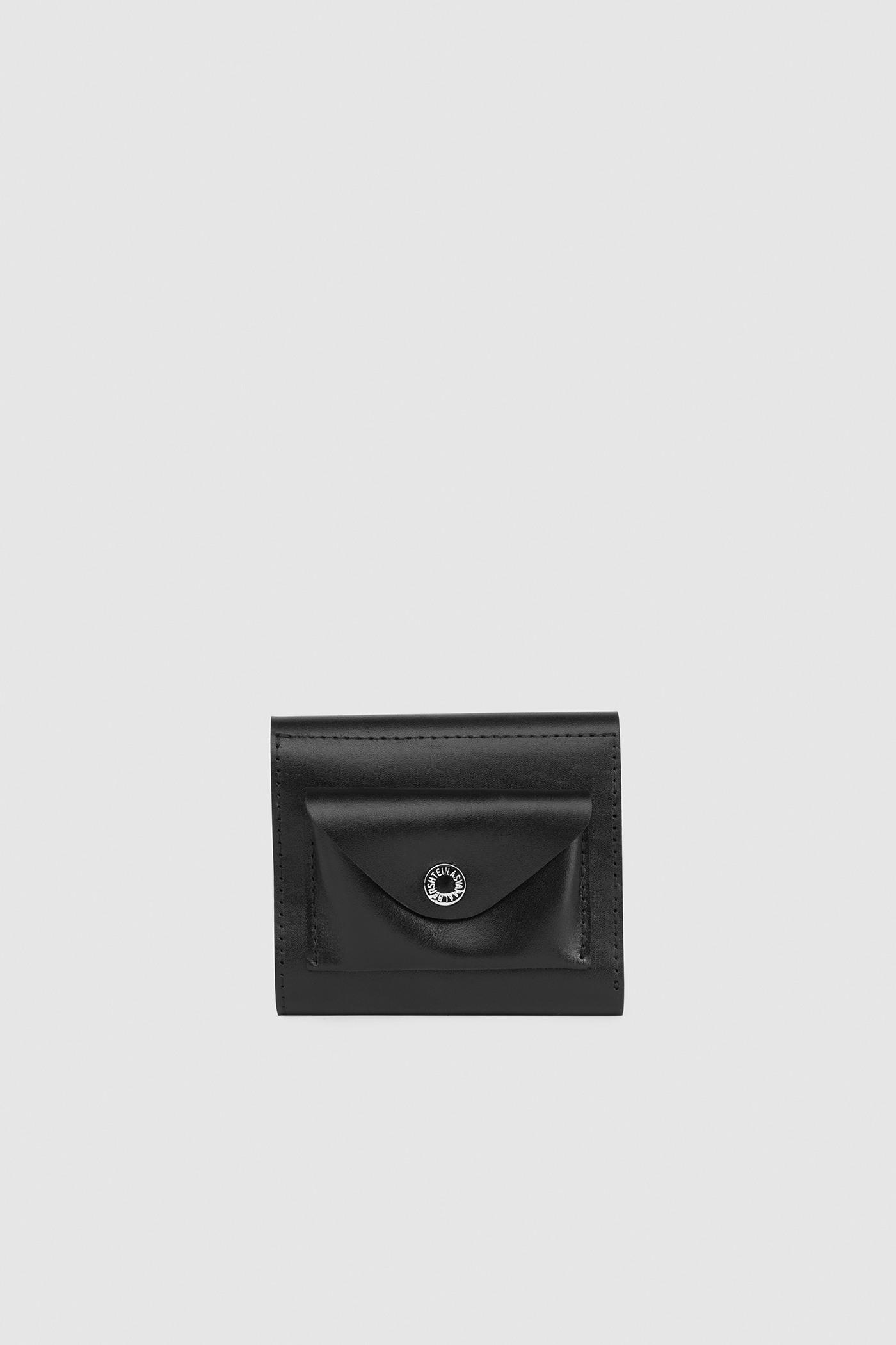 КошелёкВместительный кожаный кошелёк с откидным клапаном на кнопке.&#13;<br>&#13;<br>&#13;<br>Внешний накладной карман для монет на кнопке&#13;<br>&#13;<br>Внутреннее отделение для купюр и два отделения для карт&#13;<br>&#13;<br>Внутри фирменная печать серебром Asya Malbershtein&#13;<br>&#13;<br>Размеры: 11х10х3 см<br><br>Цвет: Черный