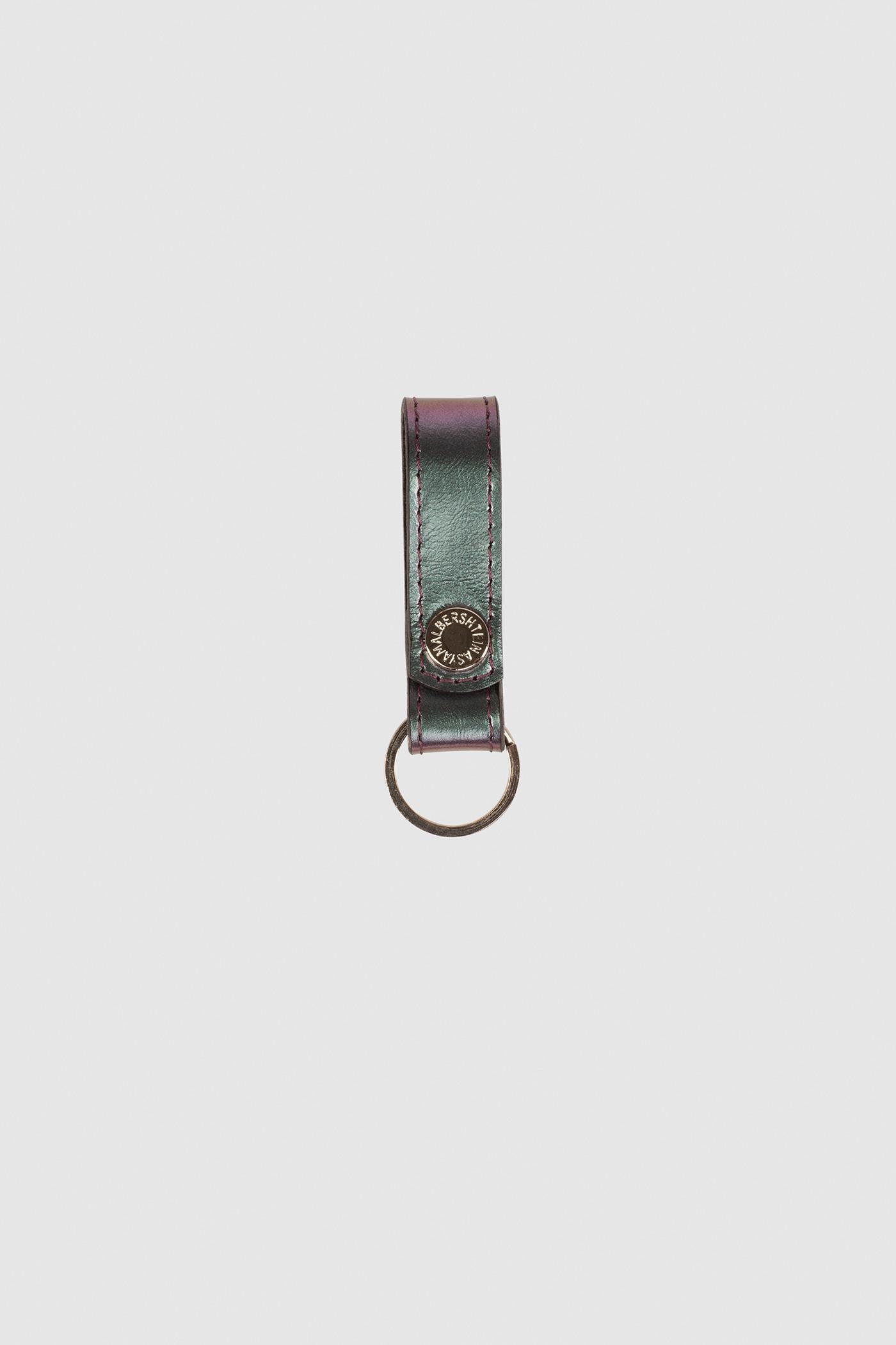 Кожаный брелокКожаный брелок для ключей на кнопке.&#13;<br>&#13;<br>&#13;<br>Диаметр металлического кольца - 25 мм.&#13;<br>&#13;<br>Длина кожаного хлястика - 7 см, ширина - 2 см.&#13;<br>&#13;<br>Металлическая брендированная кнопка.<br><br>Цвет: Черный, Красный, Морская волна, Бордовый, Серебро, Золото , Капучино , Черный глянец, Красный глянец, Бензин, Леопард , Винный глянец