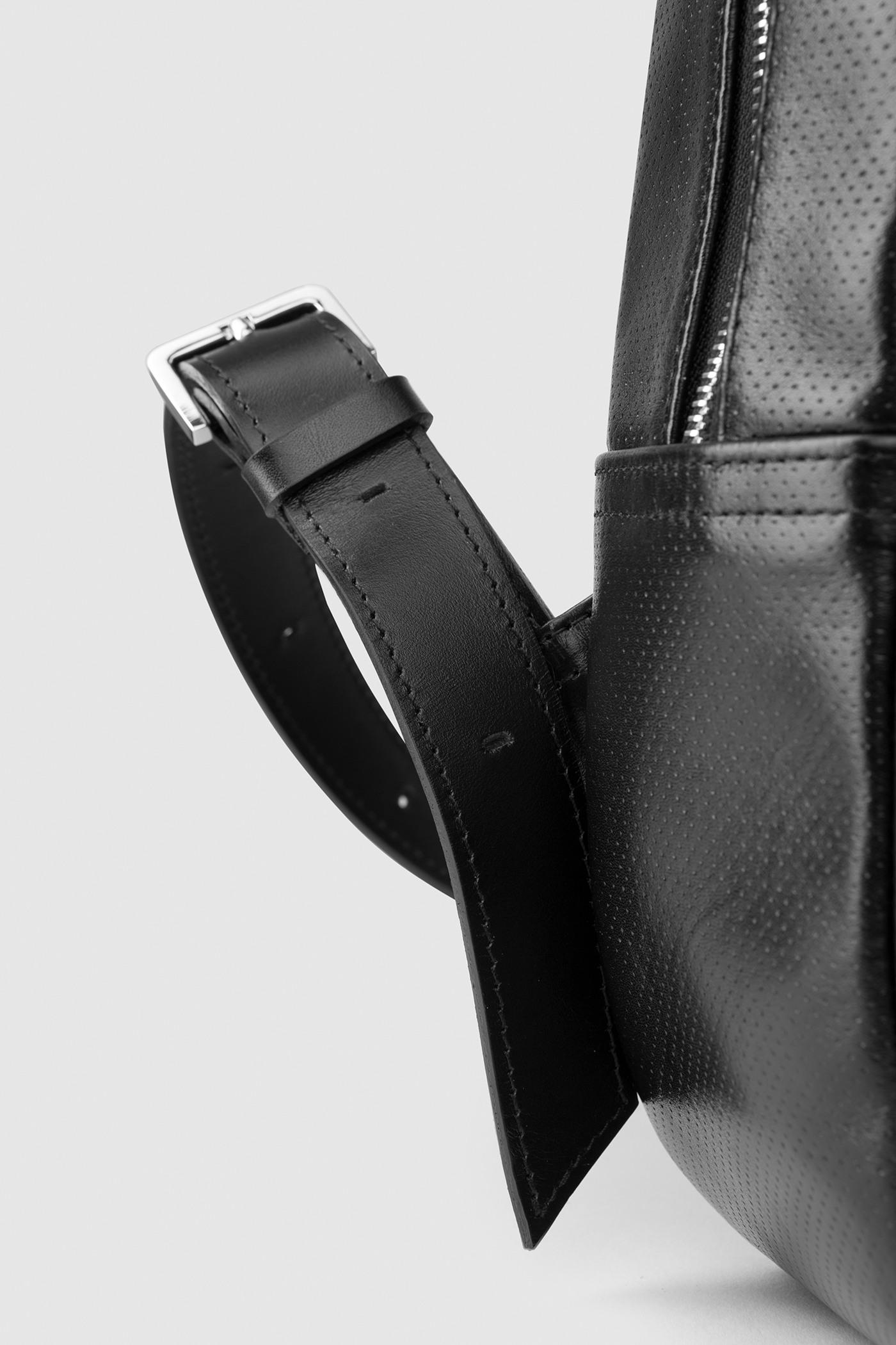 Рюкзак из перфорированной кожиГородской классический рюкзак&#13;<br>&#13;<br>&#13;<br>унисекс&#13;<br>&#13;<br>внутри отделение для ноутбука&#13;<br>&#13;<br>передний объемный карман на молнии&#13;<br>&#13;<br>карман на молнии на задней стенке&#13;<br>&#13;<br>перфорированная кожа&#13;<br>&#13;<br>тканевая подкладка&#13;<br>&#13;<br>лямки на регуляторах&#13;<br>&#13;<br>размеры: S 33x26x9.5 см<br><br>Цвет: Черный