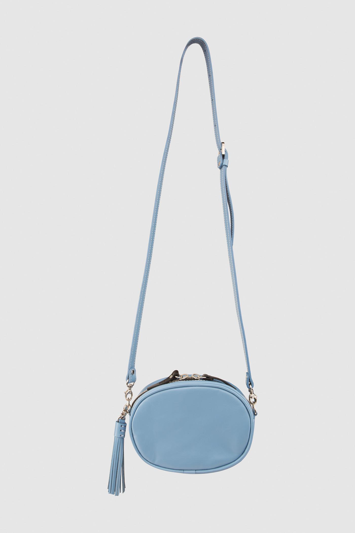 Сумка маленького размераОвальная сумка из мягкой натуральной кожи на молнии. Внутреннее отделение на подкладке. Съемный регулируемый ремешок через плечо. Съемная кисть на карабине.&#13;<br>&#13;<br>Размеры&#13;<br>Высота: 12,5 см&#13;<br>Длина: 16,6 см&#13;<br>Глубина: 5 см&#13;<br>Высота ремешка: max 122 - min 70 см<br><br>Цвет: Красный, Голубой, Черный, Телесный<br>Размер: one size