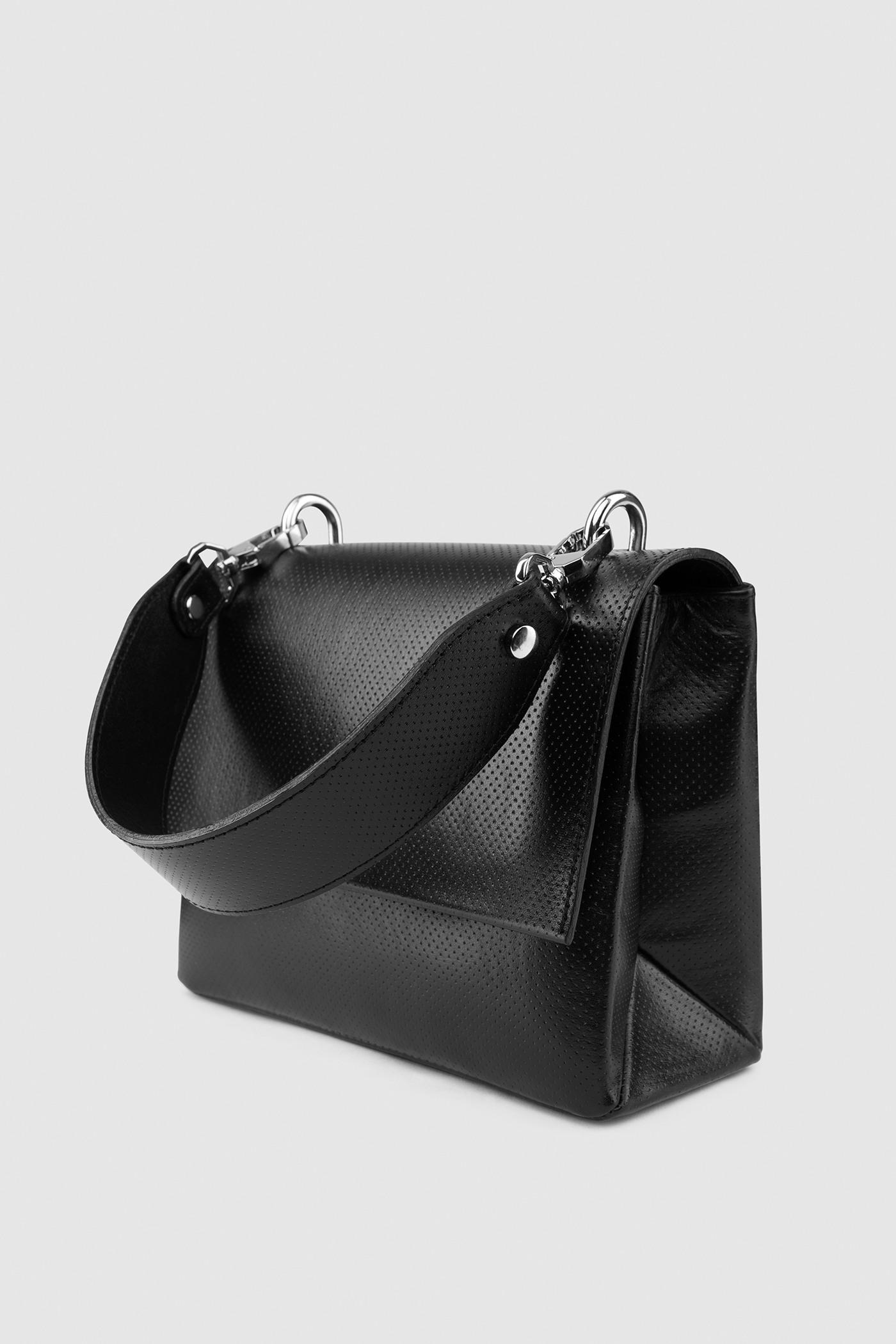 Сумка из перфорированной кожи с ремнем на выборКаркасная объемная сумка из перфорированной кожи со съемной ручкой на карабинах. На верхнем клапане с магнитной застежкой тиснение серебряными буквами логотипа ASYA MALBERSHTEIN. Узкий карман на молнии с обратной стороны. Внутреннее отделение на подкладке с карманом. Дополнительно в комплекте к сумке широкий съемный ремешок на Ваш выбор. Ремень входит в стоимость комплекта. Прилагается чехол для хранения.&#13;<br>&#13;<br>Размеры&#13;<br>Высота: 16,5 см&#13;<br>Длина: 21 см&#13;<br>Глубина: 8,5 см&#13;<br>Высота ремешка: 80 см&#13;<br>Высота ручки: 37 см<br><br>Цвет: Черный