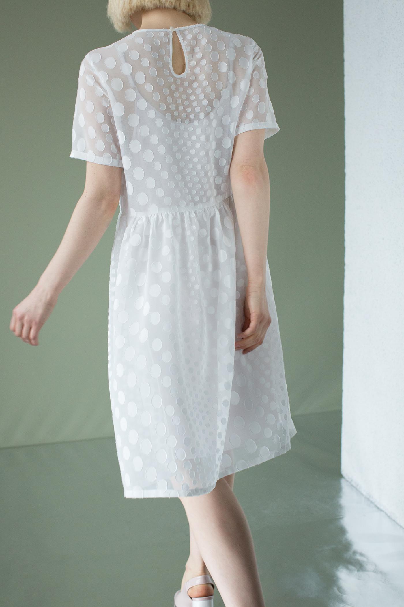 ПлатьеПлатье средней длины с завышенной линией талии с отрезной юбкой&#13;<br>&#13;<br>&#13;<br>свободный силуэт&#13;<br>&#13;<br>можно носить в комплекте с нижним платьем, либо как самостоятельное изделие&#13;<br>&#13;<br>&#13;<br>Платье-комбинацию вы можете приобрести отдельно.<br><br>Цвет: Белый<br>Размер: XS, S, M, L