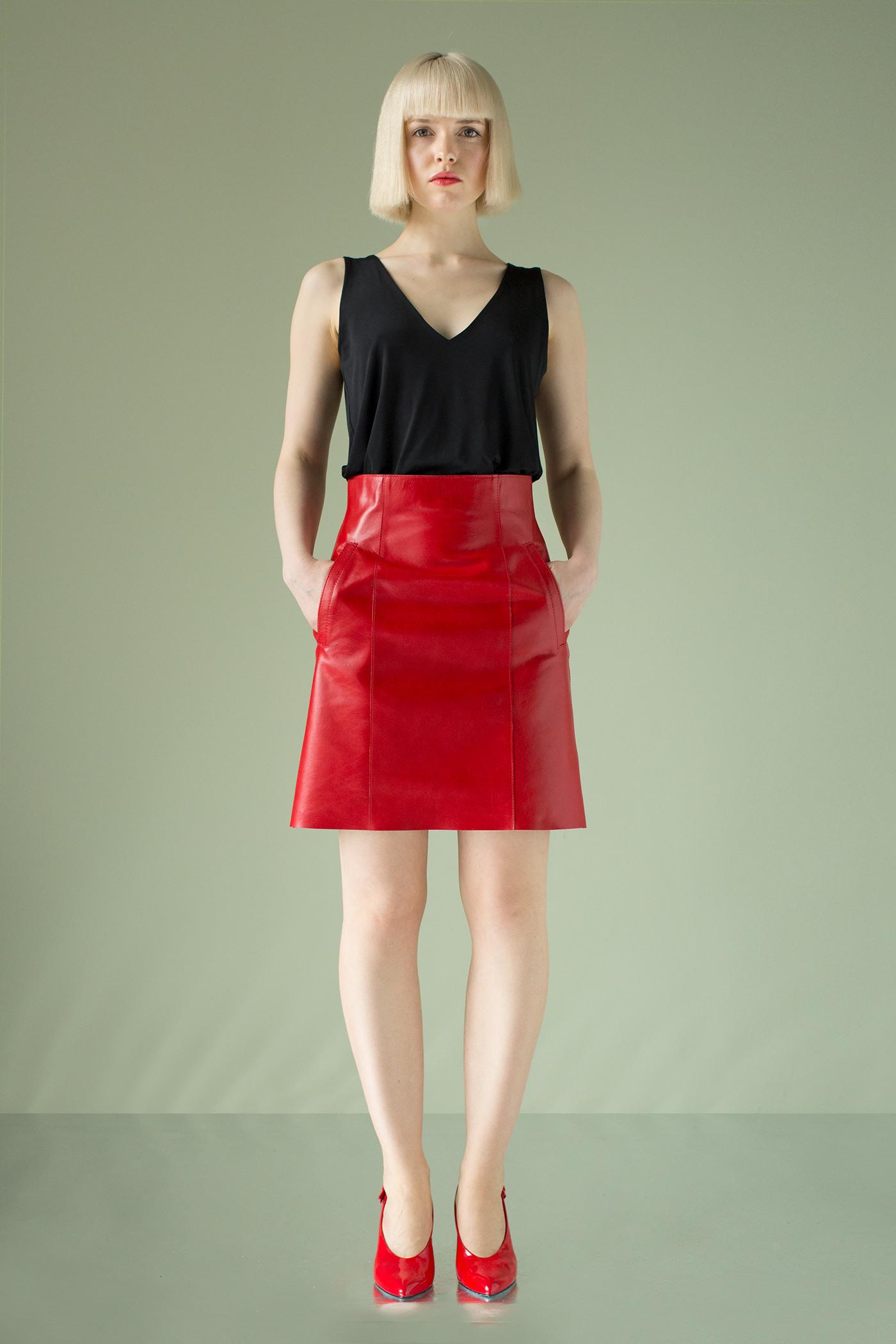 Кожаная юбкаКрасная кожаная юбка на подкладке.&#13;<br>&#13;<br>Прилегающий силуэт, чуть расклешена к низу.&#13;<br>&#13;<br>Линия талии завышена на 5 см.&#13;<br>&#13;<br>Застежка по центру задней части на металлическую молнию, длина 19 см.&#13;<br>&#13;<br>Карманы с листочкой на боковых частях переднего полотнища.&#13;<br>&#13;<br>На переднем и заднем полотнищах рельефные швы.&#13;<br>&#13;<br> &#13;<br>&#13;<br>Длина на рост 158-164 см- 48см; на рост 164-170 см - 50см; на рост 170-176 см- 52 см.<br><br>Цвет: Красный<br>Размер: XS, S, M<br>Ростовка: 158 -164, 164 -170, 170 -176