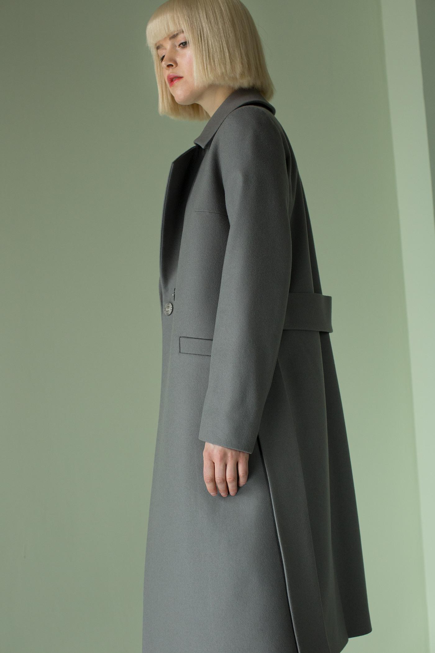 Пальто - ВЕНАПальто<br>Пальто с английским воротником&#13;<br>&#13;<br>Элегантное классическое пальто VIENNA (Вена), выполненное из шерсти, станет отличной базой для любого городского гардероба. Рекомендуемый тепловой режим: от +15 до - 8 градусов.&#13;<br>&#13;<br>&#13;<br>рекомендуемая сезонность: демисезон&#13;<br>&#13;<br>кнопки вместо пуговиц, благодаря им у вас всегда имеется возможность корректировки этой модели пальто под себя&#13;<br>&#13;<br>тканный пояс-кушак&#13;<br>&#13;<br>два прорезных кармана спереди&#13;<br>&#13;<br>прямой крой с плотной посадкой на фигуре&#13;<br>&#13;<br>длина размера S при росте 164-170 см- 105 см&#13;<br>&#13;<br>модель имеет 3 ростовки: 158-164 см, 164-170 см, 170-176 см. Размер и другие нюансы уточняются при заказе, мы с вами связываемся по указанному вами номеру телефона&#13;<br>&#13;<br>&#13;<br>Если у вас остались вопросы, пишите нам на электронную почту AM@ASYAMALBERSHTEIN.COM или звоните по номеру +7 (812) 649-17-99, мы постараемся ответить на ваши вопросы и помочь определиться вам с выбором или размерной сеткой наших изделий.<br><br>Цвет: Серый<br>Размер: XS, S, M, L<br>Ростовка: 158 -164, 164 -170, 170 -176