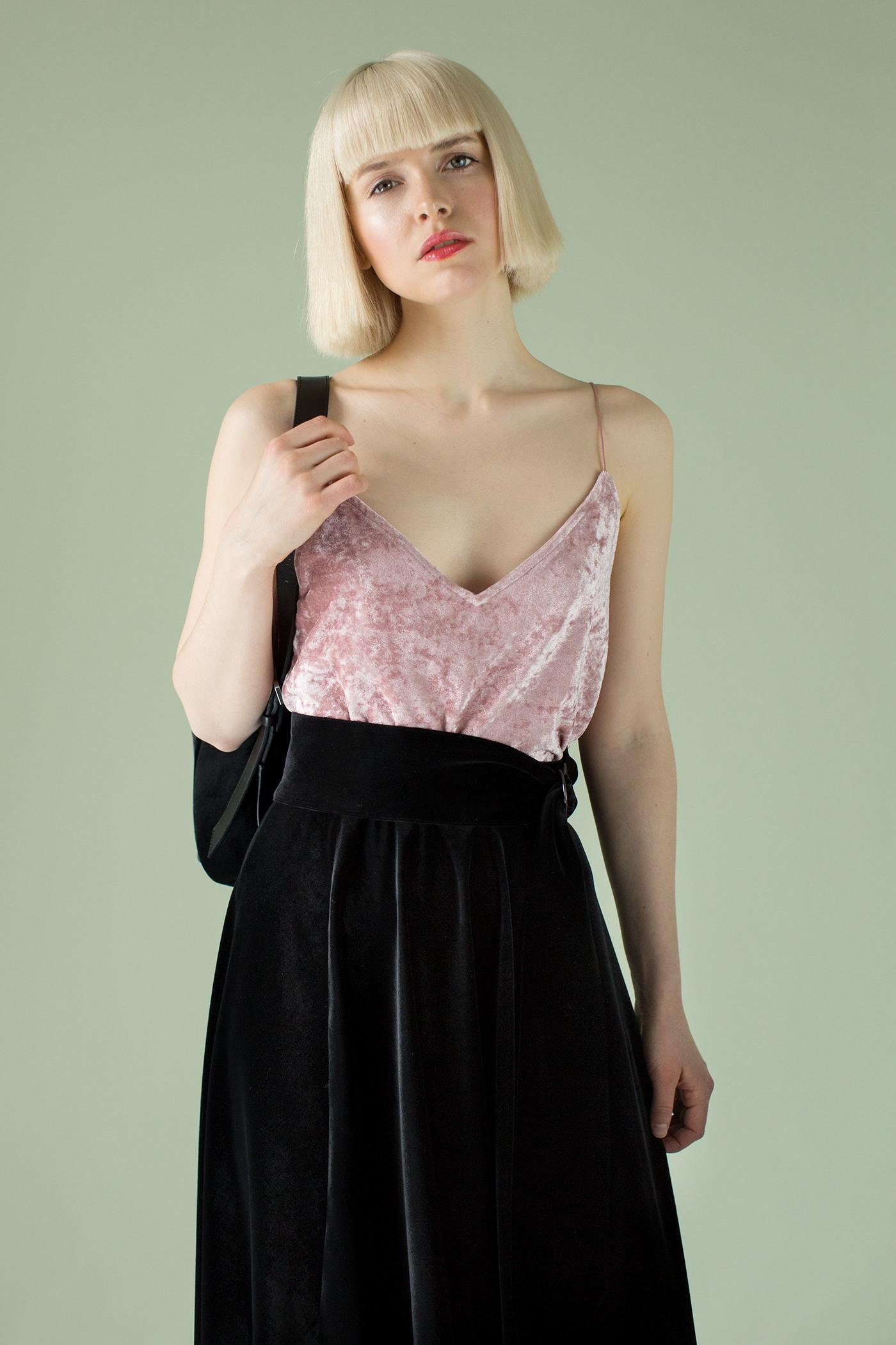 Юбка из черного бархатаСтруящаяся юбка из черного бархата.&#13;<br>&#13;<br>&#13;<br>силуэт полусолнце&#13;<br>&#13;<br>юбка на притачном поясе, в который вставлена эластичная лента для лучшего прилегания по талии.&#13;<br>&#13;<br>ширина притачного пояса – 5 см.&#13;<br>&#13;<br>открытый срез по низу изделия .&#13;<br>&#13;<br>в комплекте съемный пояс на двух металлических кольцах. Юбку можно носить как с ним, так и без него.&#13;<br>&#13;<br>&#13;<br> &#13;<br>&#13;<br>Длина изделия на рост 158-164 см - 64 см; на рост 164-170 см - 66,5 см; на рост 170-176 см - 69см.<br><br>Цвет: Черный<br>Размер: XS, S, M, L<br>Ростовка: 158 -164, 164 -170, 170 -176