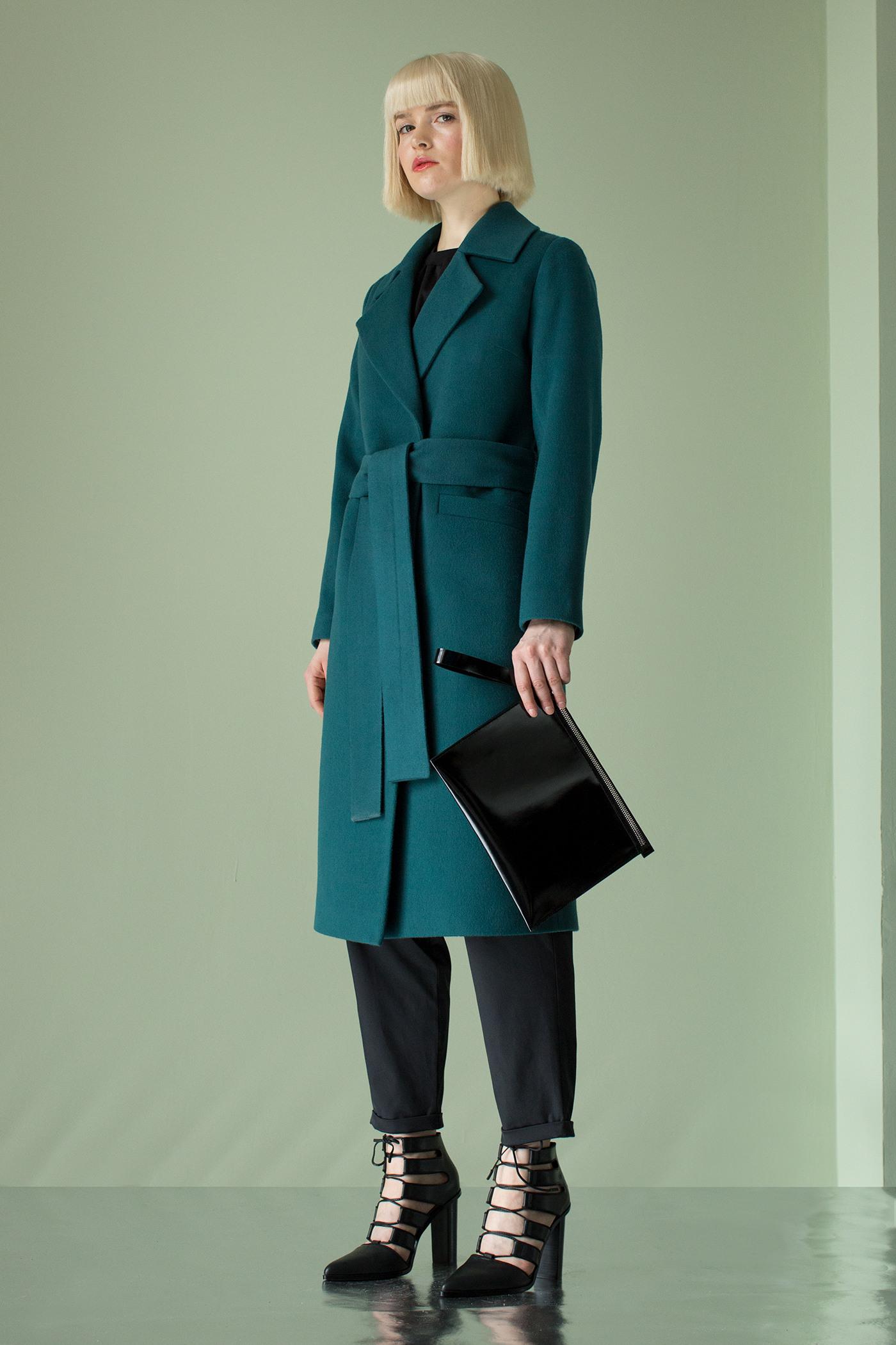 Пальто - ВЕНАПальто<br>Пальто с английским воротником&#13;<br>&#13;<br>Элегантное классическое пальто VIENNA (Вена), выполненное из шерсти, станет отличной базой для любого городского гардероба. Рекомендуемый тепловой режим: от +15 до - 8 градусов.&#13;<br>&#13;<br>&#13;<br>рекомендуемая сезонность: демисезон&#13;<br>&#13;<br>кнопки вместо пуговиц, благодаря им у вас всегда имеется возможность корректировки этой модели пальто под себя&#13;<br>&#13;<br>тканный пояс-кушак&#13;<br>&#13;<br>два прорезных кармана спереди&#13;<br>&#13;<br>прямой крой с плотной посадкой на фигуре&#13;<br>&#13;<br>длина размера S при росте 164-170 см- 105 см&#13;<br>&#13;<br>модель имеет 3 ростовки: 158-164 см, 164-170 см, 170-176 см. Размер и другие нюансы уточняются при заказе, мы с вами связываемся по указанному вами номеру телефона&#13;<br>&#13;<br>&#13;<br>Если у вас остались вопросы, пишите нам на электронную почту AM@ASYAMALBERSHTEIN.COM или звоните по номеру +7 (812) 649-17-99, мы постараемся ответить на ваши вопросы и помочь определиться вам с выбором или размерной сеткой наших изделий.<br><br>Цвет: Серый дым, Морская волна<br>Размер: XS, S, M, L<br>Ростовка: 158 -164, 164 -170, 170 -176
