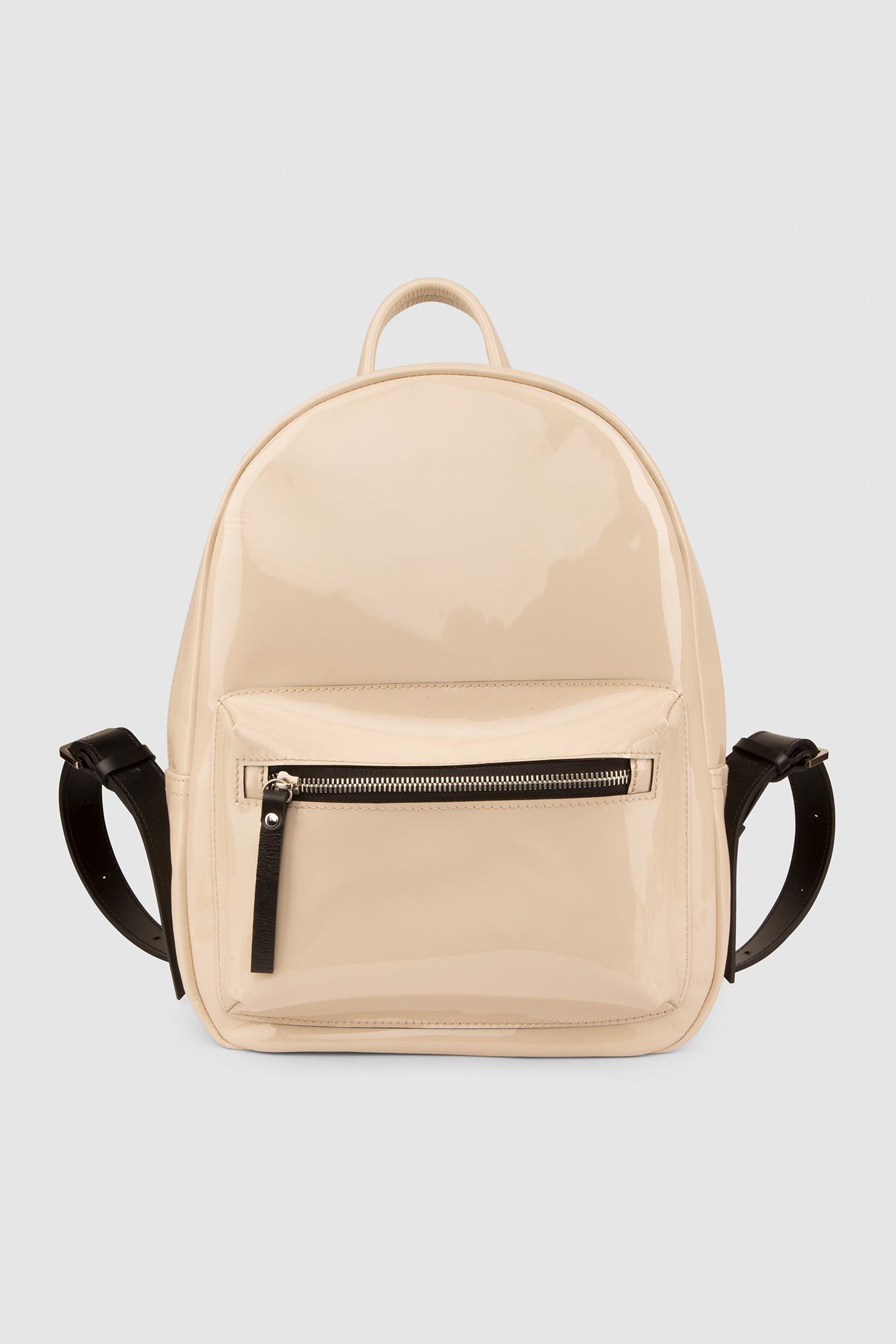 Городской рюкзакГородской классический рюкзак из лаковой кожи&#13;<br>&#13;<br>&#13;<br>унисекс&#13;<br>&#13;<br>внутри отделение для ноутбука&#13;<br>&#13;<br>передний объемный карман на молнии&#13;<br>&#13;<br>карман на молнии на задней стенке&#13;<br>&#13;<br>лаковая кожа&#13;<br>&#13;<br>тканевая подкладка&#13;<br>&#13;<br>лямки на регуляторах&#13;<br>&#13;<br>размеры: S 33x26x9.5 см<br><br>Цвет: Бежевый, Небесный