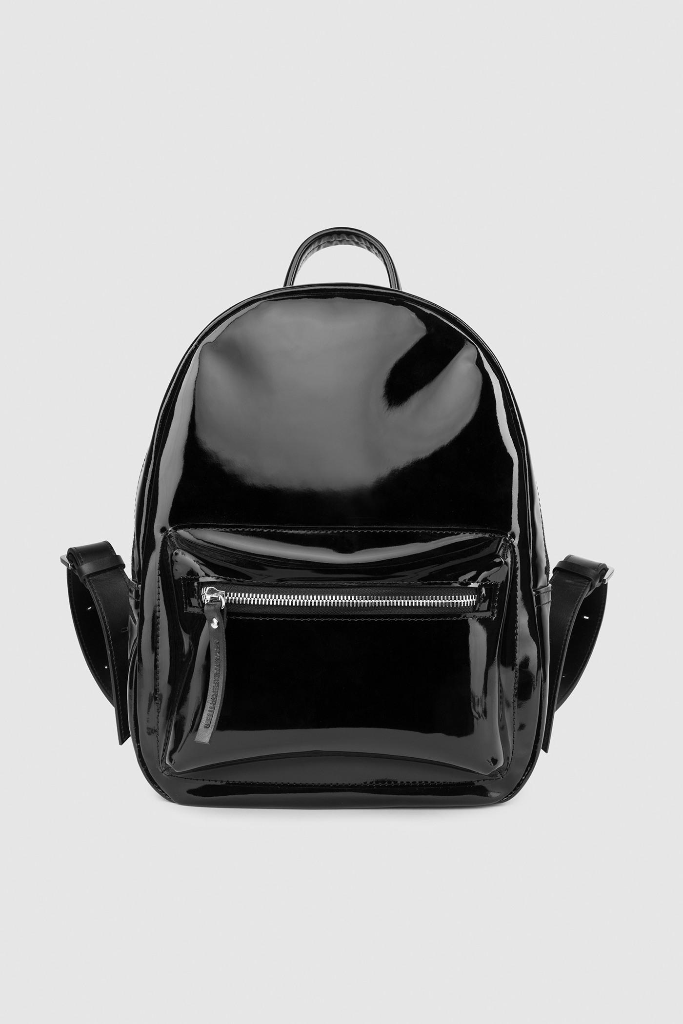 Городской рюкзакГородской классический рюкзак из лаковой кожи&#13;<br>&#13;<br>&#13;<br>унисекс&#13;<br>&#13;<br>внутри отделение для ноутбука&#13;<br>&#13;<br>передний объемный карман на молнии&#13;<br>&#13;<br>карман на молнии на задней стенке&#13;<br>&#13;<br>лаковая кожа&#13;<br>&#13;<br>тканевая подкладка&#13;<br>&#13;<br>лямки на регуляторах&#13;<br>&#13;<br>размеры: S 33x26x9.5 см<br><br>Цвет: Черный