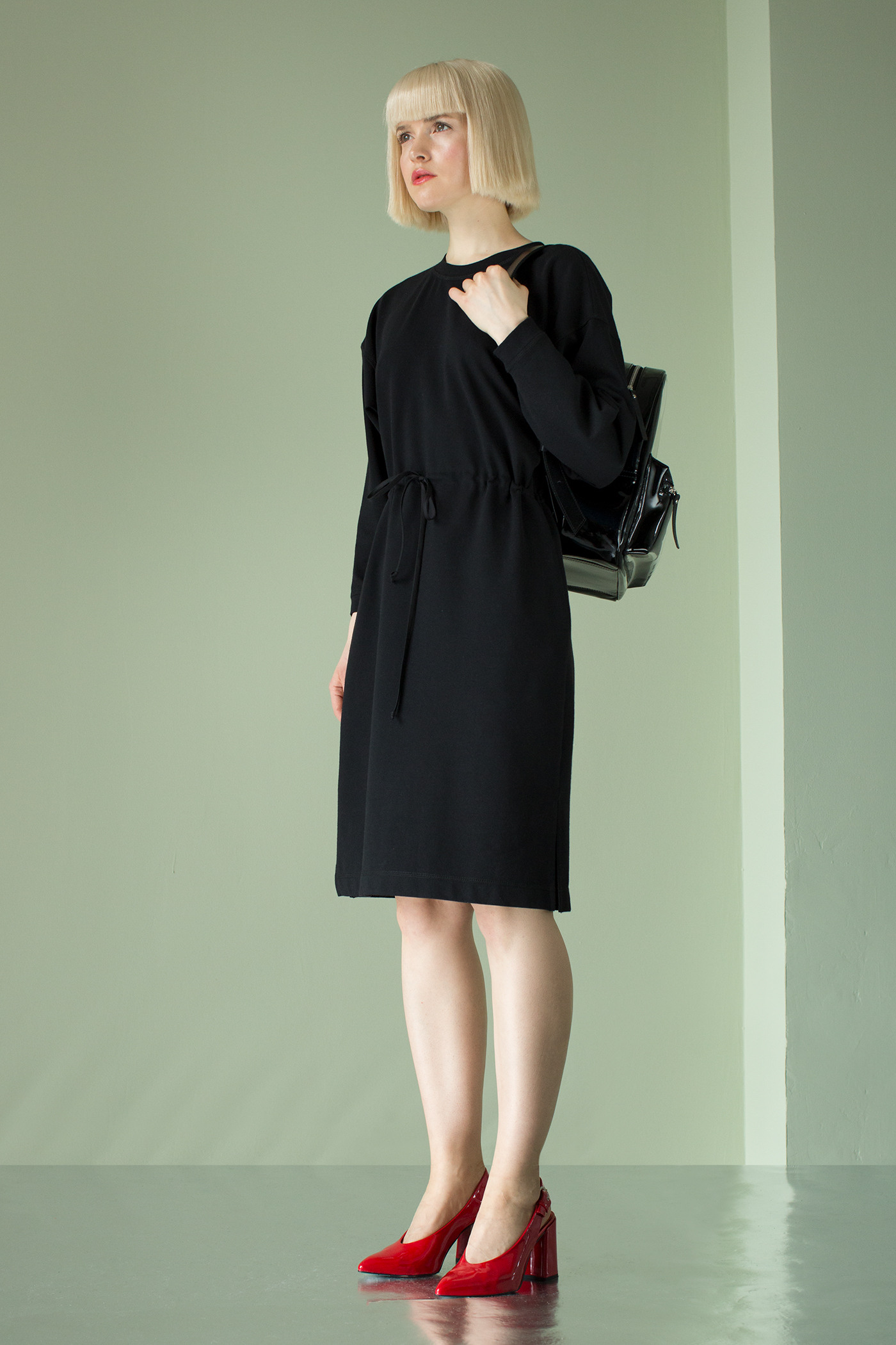 Трикотажное платьеТрикотажное платье прямого силуэта на кулиске по линии талии.&#13;<br>&#13;<br>&#13;<br>Рукава свободной трапециевидной формы, пройма спущена.&#13;<br>&#13;<br>Длина изделия до колена. В боковых швах карманы.&#13;<br>&#13;<br>По низу боковых швов небольшие разрезы.&#13;<br>&#13;<br>&#13;<br>Длина изделия по спинке на рост 158-164 см- 95 см; на рост 164-170 см - 98 см; на рост 170-176 см - 101 см.&#13;<br>&#13;<br>Длина рукава (с манжетой) на рост 158-164 см- 40 см; на рост 164-170 см - 42 см; на рост 170-176 см - 44 см&#13;<br>&#13;<br>Обхват груди – 80-96 см, Обхват бедер - 84-100 см.<br><br>Цвет: Черный<br>Размер: XS/S, M/L<br>Ростовка: 158 -164, 164 -170, 170 -176