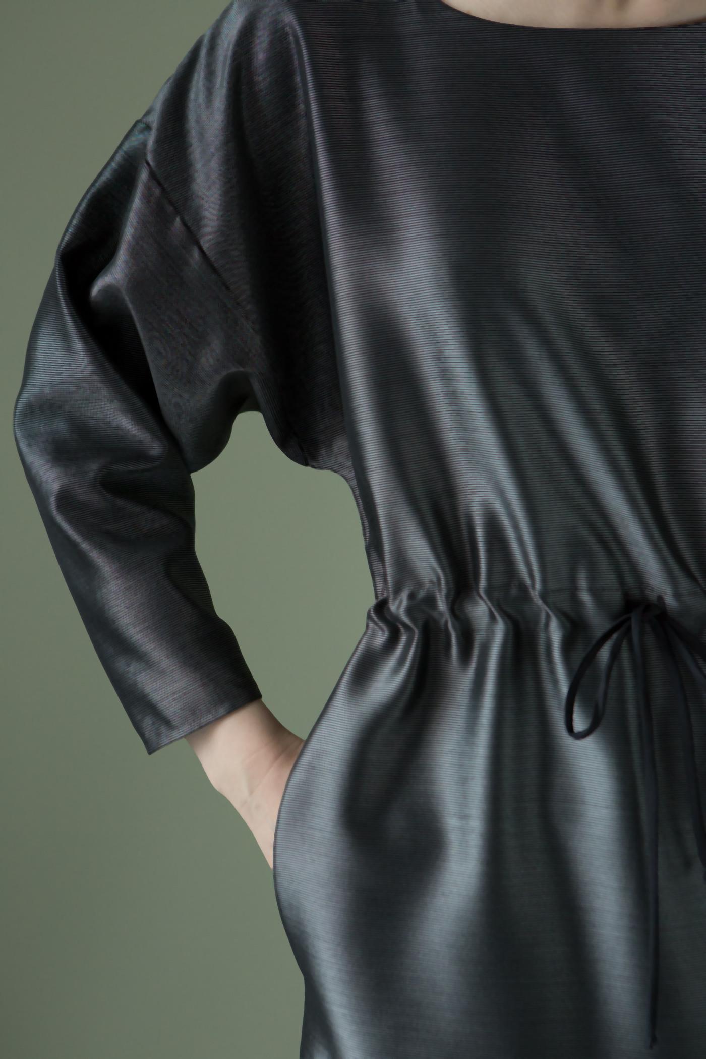 Платье металликПлатье прямого силуэта длиной до колена.&#13;<br>&#13;<br>&#13;<br>По талии кулиска со шнуром, что обеспечивает легкое прилегание в области талии создавая драпировку.&#13;<br>&#13;<br>В боковых швах на уровне бедер карманы.&#13;<br>&#13;<br>Рукава свободной трапециевидной формы. Пройма спущена.&#13;<br>&#13;<br>&#13;<br>Длина изделия на рост 158-164 см - 92 см; на рост 164-170 см - 95 см; на рост 170-176 см - 98 см.&#13;<br>&#13;<br>Длина рукава на рост 164-170 см - 39 см,<br><br>Цвет: Серый<br>Размер: XS/S, M/L<br>Ростовка: 158 -164, 164 -170, 170 -176