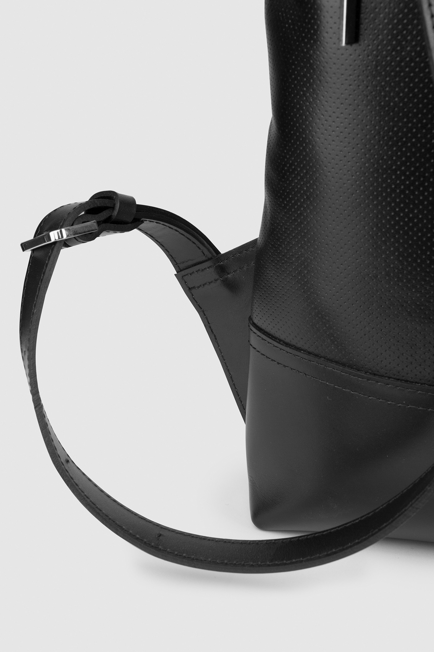 Городской рюкзак из перфорированной кожиПрямоугольный городской рюкзак из перфорированной и гладкой кожи. Закрывается на молнию сверху. Внутреннее отделение с тканевой подкладкой. Карман на молнии с тыльной стороны и небольшой карман на молнии внутри. Петля для подвешивания и регулируемые лямки из ремневой кожи - ширина 2,5 см. Прилагается чехол для хранения.&#13;<br>&#13;<br>&#13;<br>унисекс&#13;<br>&#13;<br>плоский рюкзак&#13;<br>&#13;<br>формирует объем за счет наполнения<br><br>Цвет: Черный
