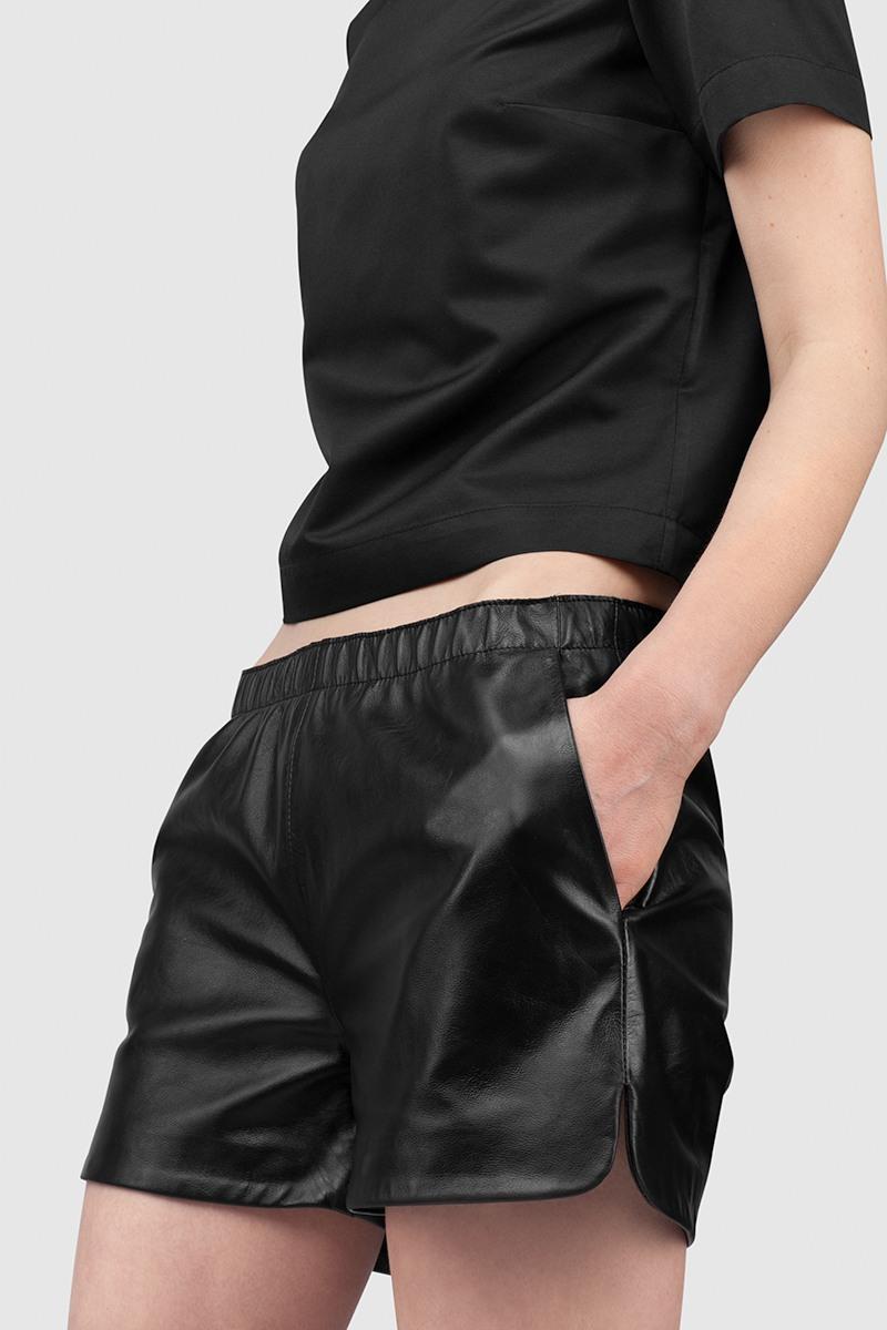 Best-Kitchen.ruУдобные шорты на резинке из гладкой кожи с подкладкой&#13;<br>&#13;<br>&#13;<br>два вместительных боковых кармана&#13;<br>&#13;<br>карман на застёжке сзади<br><br>Цвет: Черный<br>Размер: S, M, XS